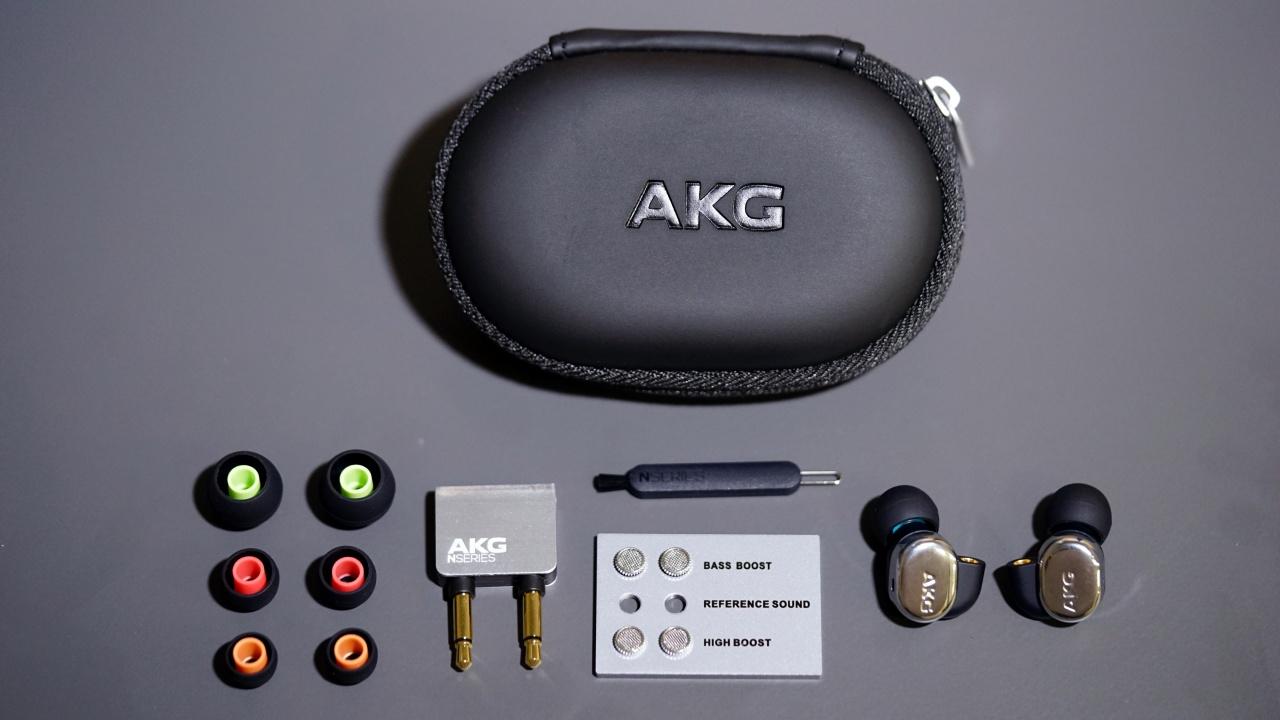 開盒!全套N40配件如下,另有有/無線控兩組MMCX 3.5mm耳機線。(鍾世傑攝)