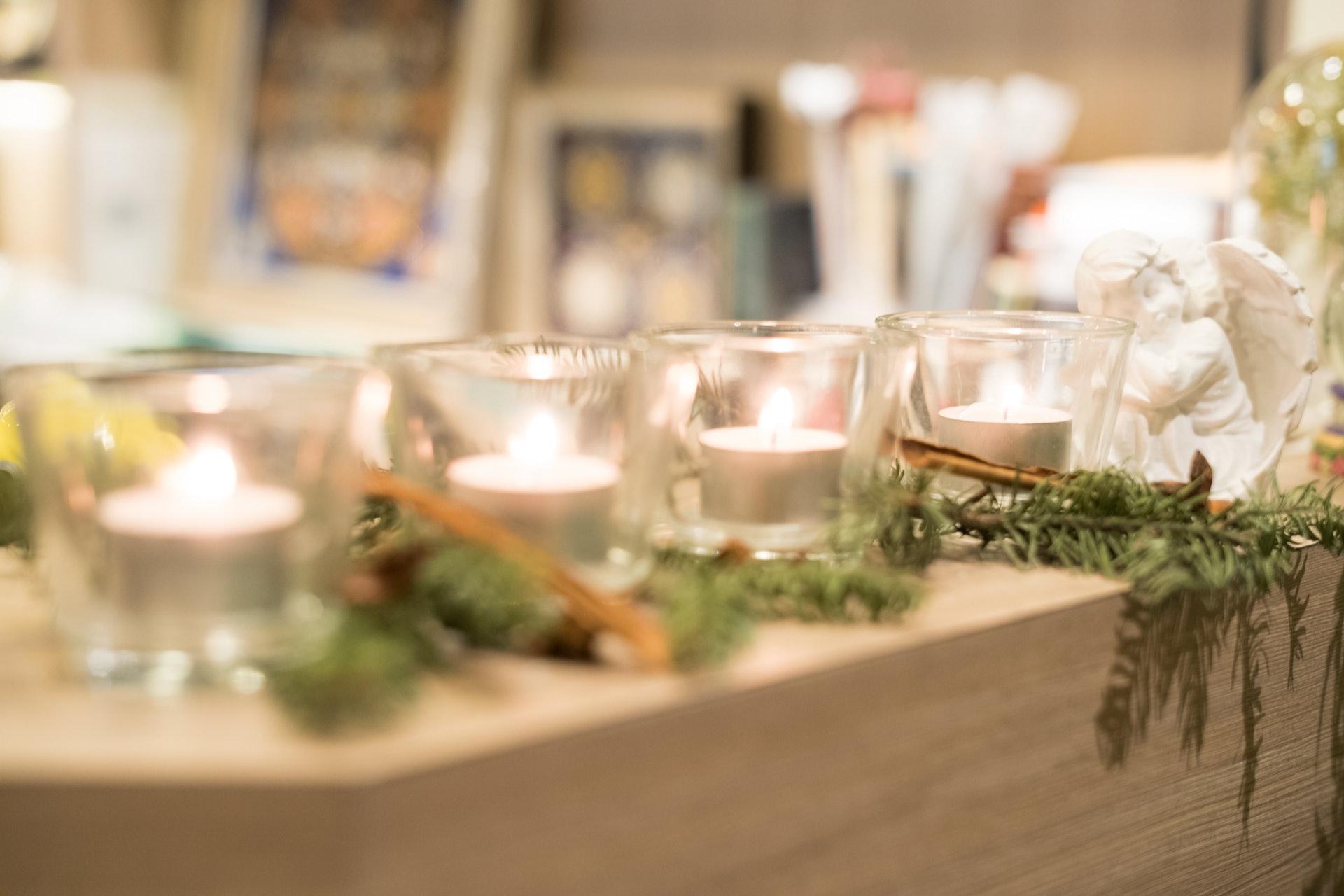 代表著「希望」、「快樂」、「愛情」和「和平」的四支蠟燭。(高仲明攝)