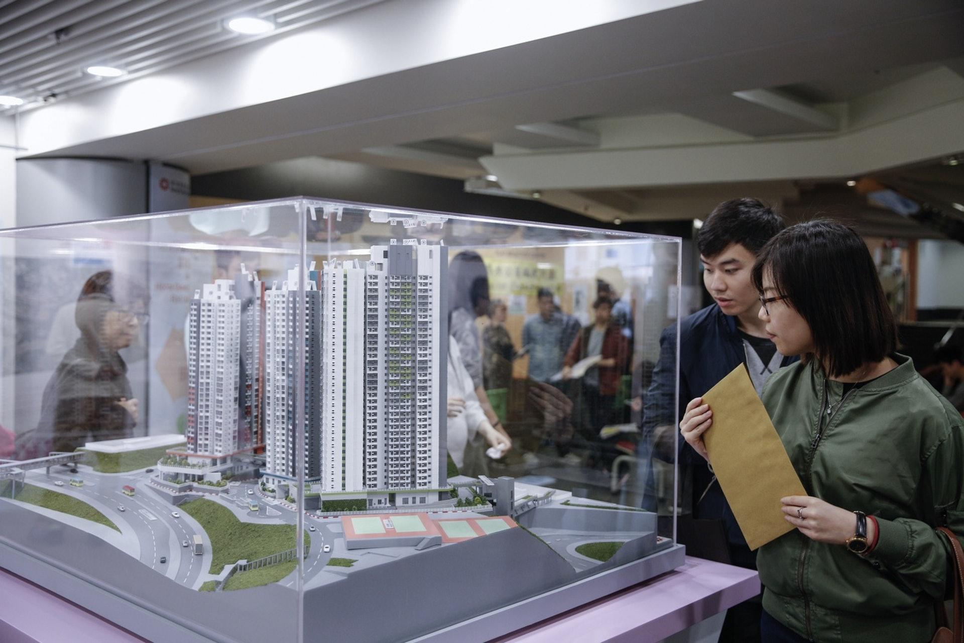 應對何時買樓的難題,鄺俊宇則建議大玩「食字」,例如:「已經有好多鈕,有衫鈕、褲鈕,樓都好買?」(資料圖片)