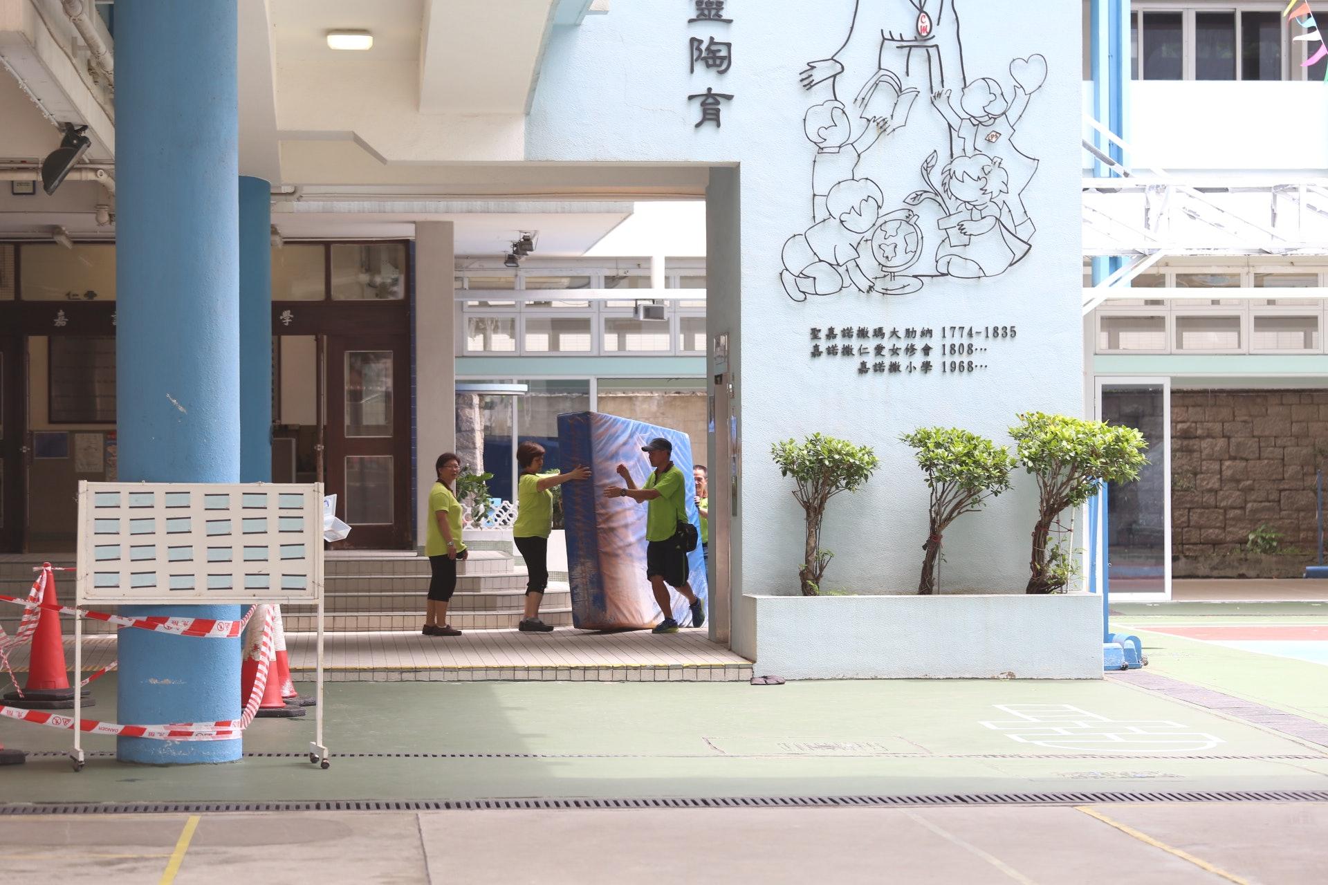 家長與校長開會談判不果危坐平台職員急搬軟墊應急救命 香港01 社會新聞