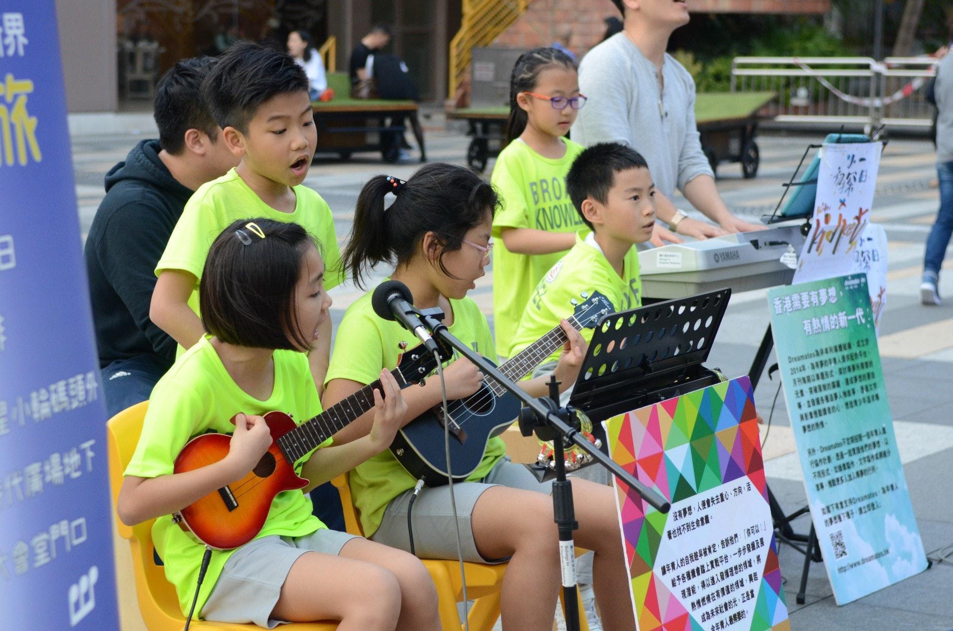 學生負責不同的樂器,包括ukulele、keyboard、木箱鼓及主音等。(陳展希攝)