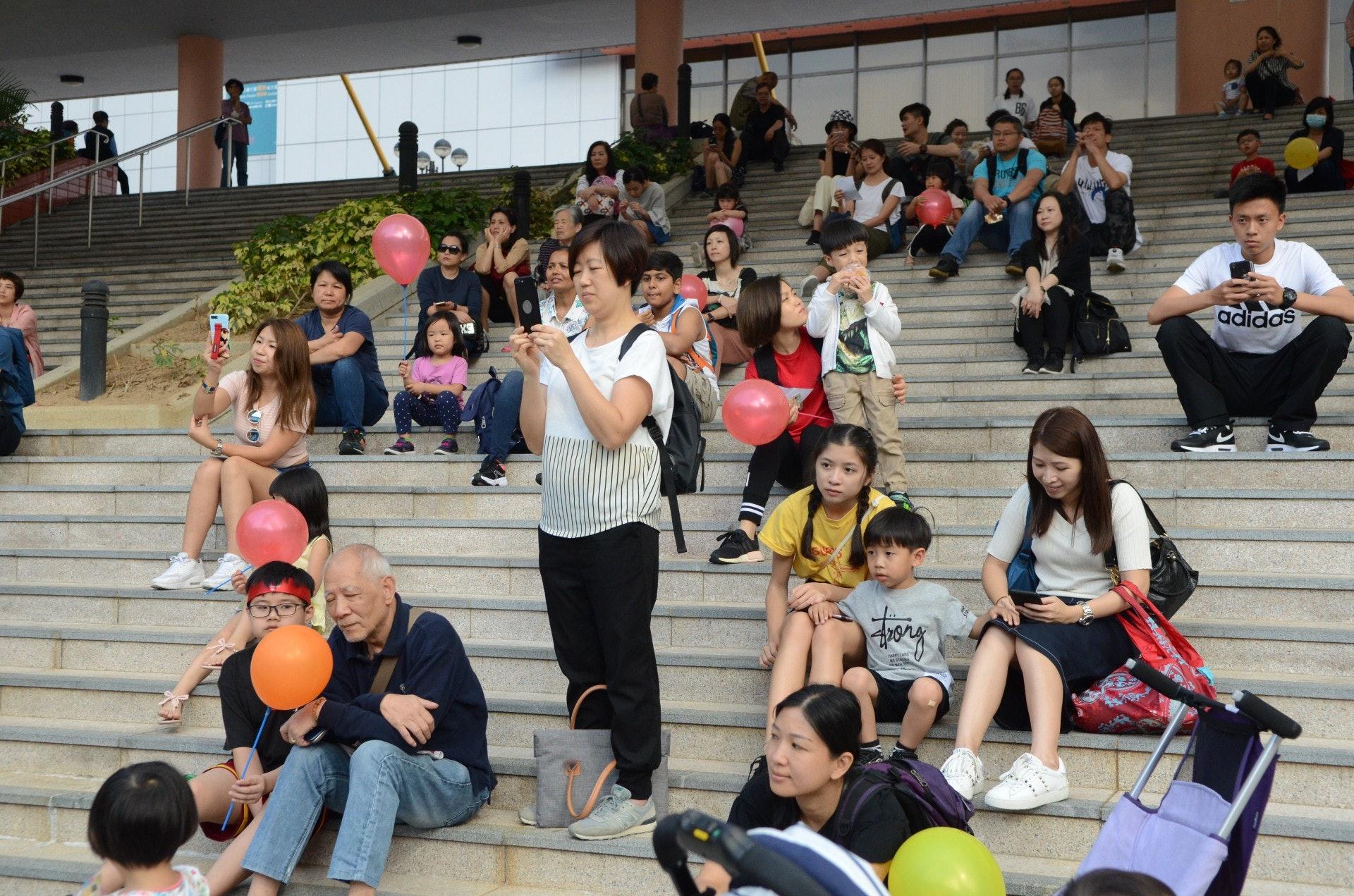 天虹小學的學生busking時,吸引不少市民駐足欣賞。(陳展希攝)