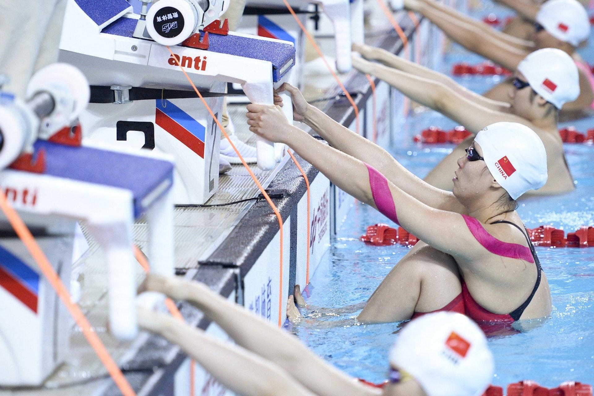 中國游泳運動員貼上運動膠布。(資料圖片)
