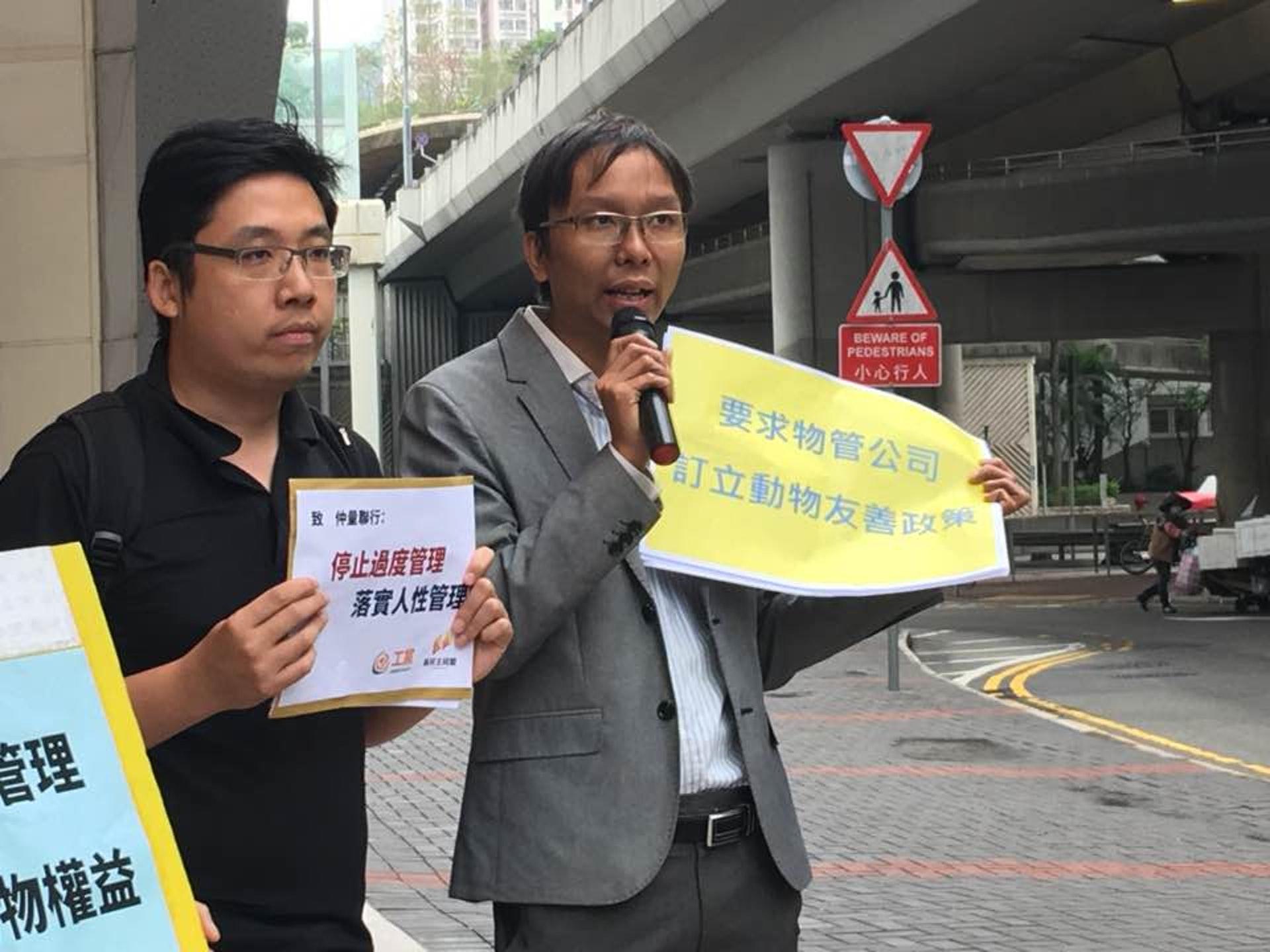 荃灣區議員譚凱邦(右)表示,若涉事保安員可以把避雨狗隻當作「濕透的婆婆或一般人對待」會更為理想。(鄧曦雯攝)