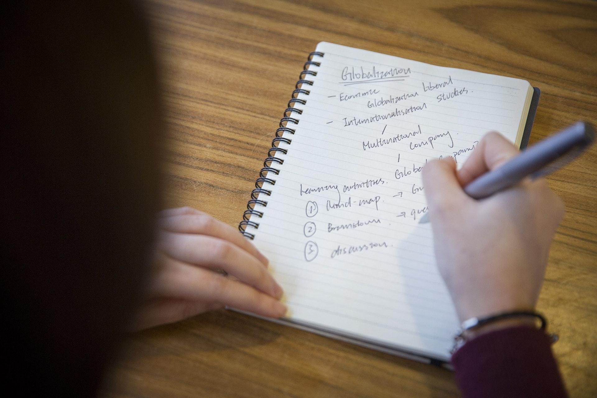 項目老師的表現透過教師評估表被量化,成為Teach4HK的社會價值,決定Arnold是否應該經營下去。來到第四年,數字漸見起色。(龔嘉盛攝)