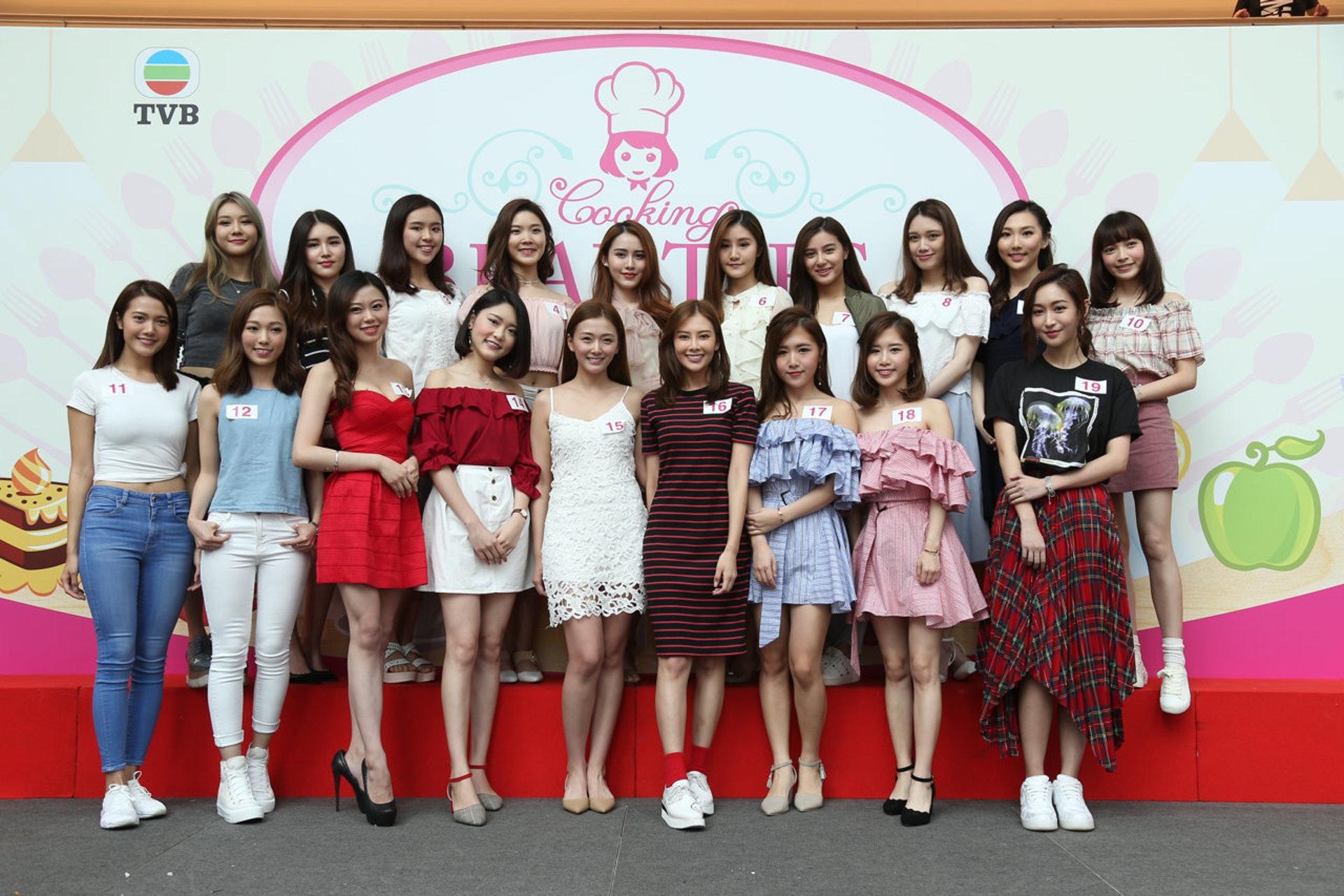 19位美女學徒,唔知識煮嘢嘅又有幾多位呢。(黃國立攝)