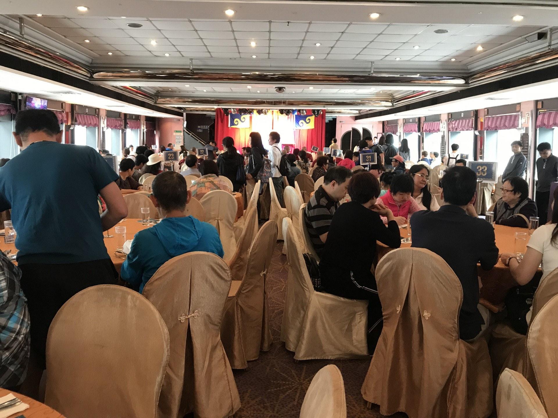 有佛教團體舉辦「海上大放生」,吸引約400名善信參與。(勞敏儀攝)