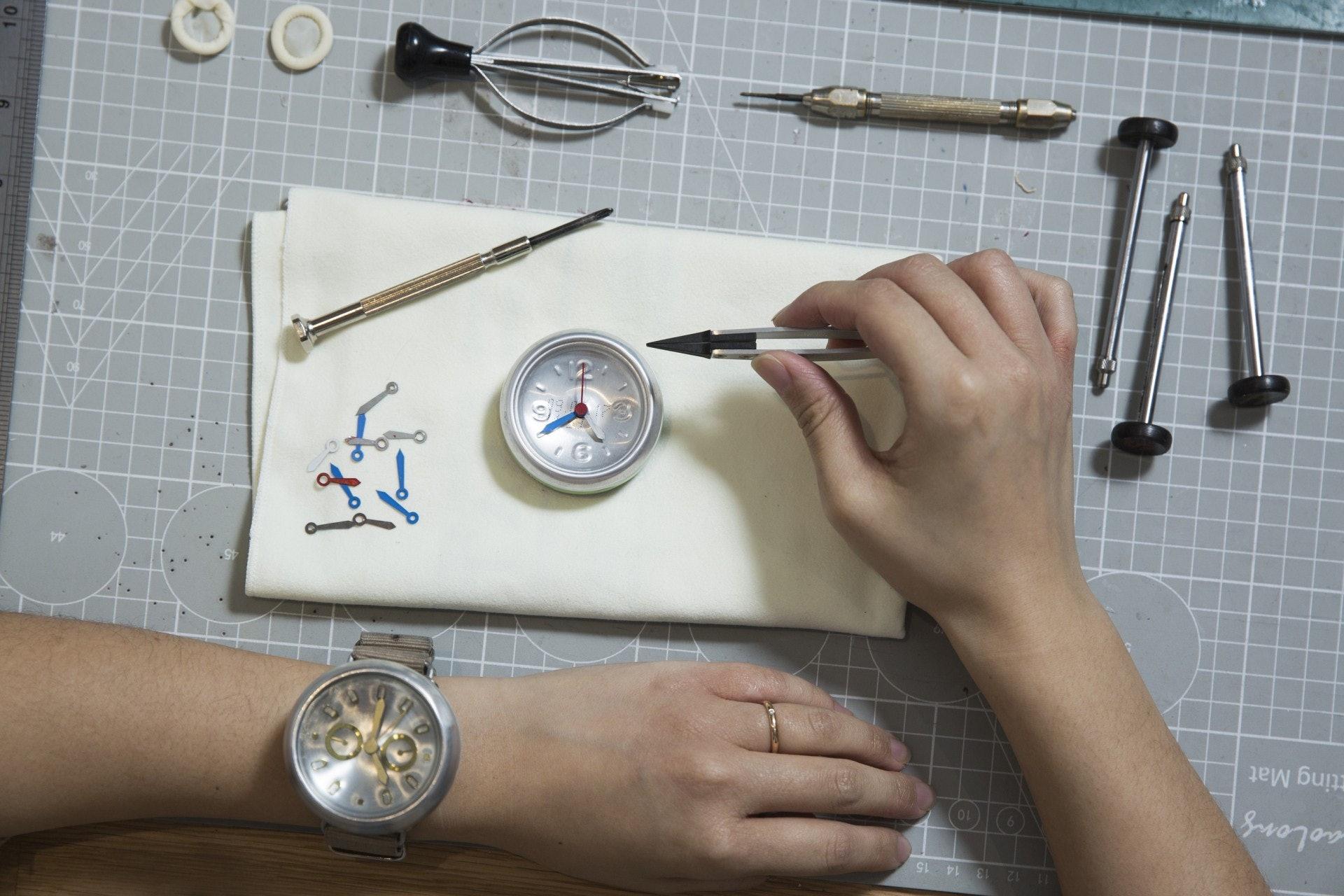 不似一般鐘錶師傅,Kat造錶時只需簡單的工具,不用眼戴放大鏡,甚至連鑲時針的複雜工序都可以徒手完成。(黃寶瑩攝)