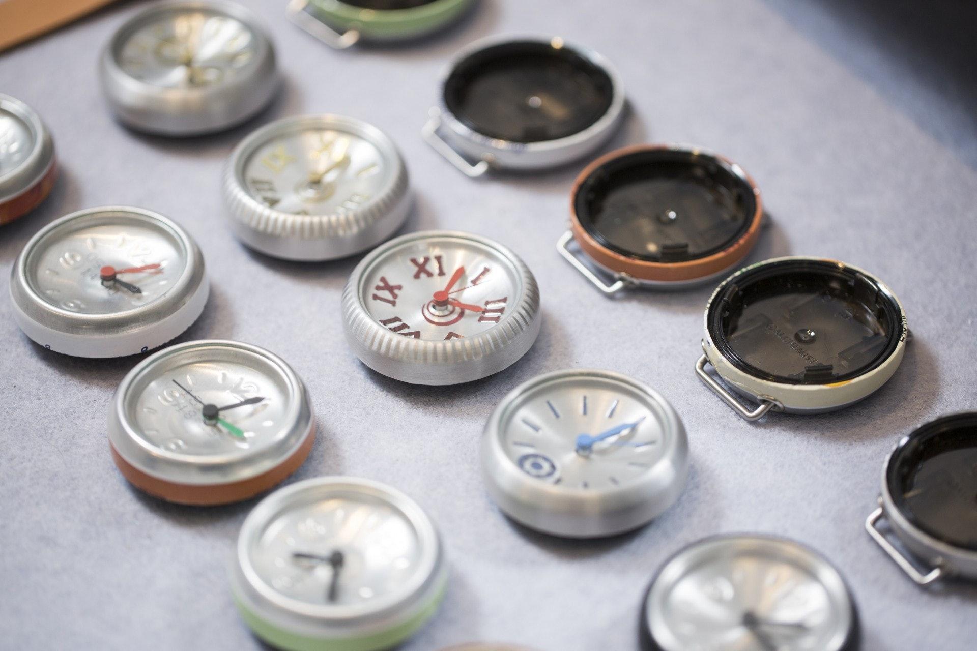 每個鋁罐的大小都有數毫米的誤差,Kat要邊做邊調整其他組件,可以說每隻都是獨一無二的。(黃寶瑩攝)