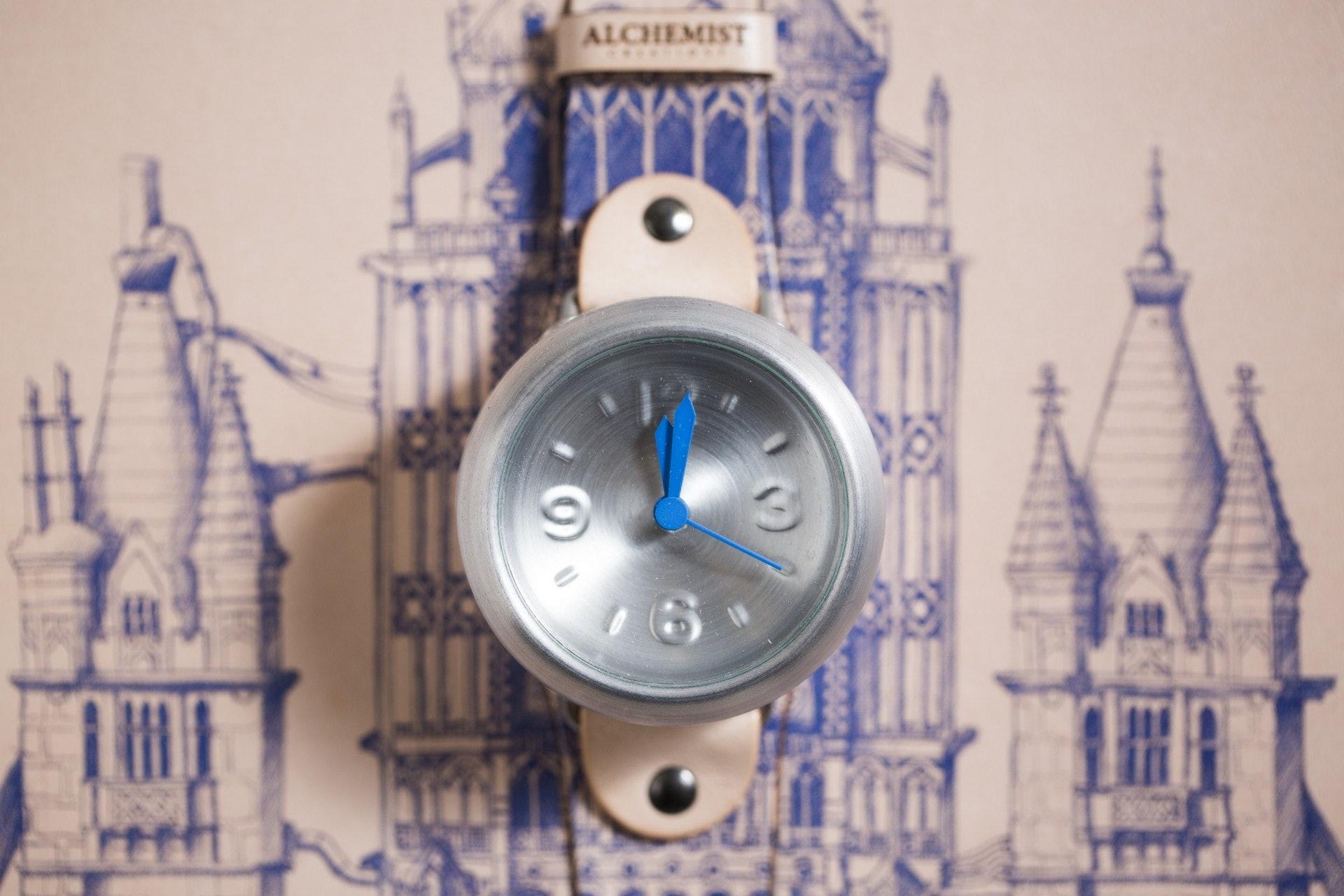 罐底的環型設計非常堅硬,受到碰撞也不易變型,這正正適合作錶面之用。(黃寶瑩攝)