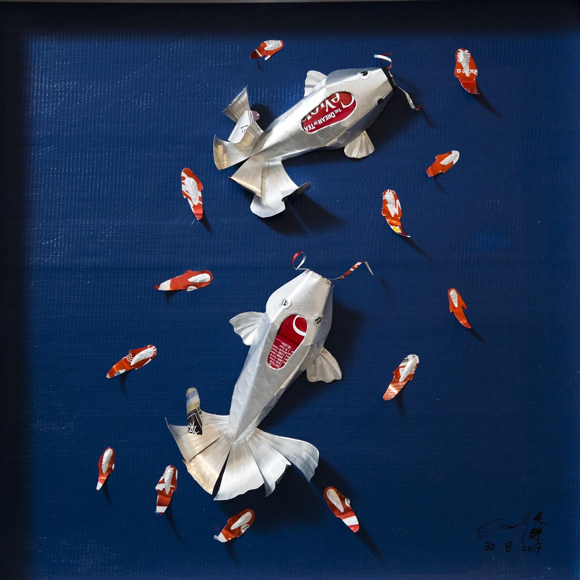 很多人看到門口附近的鋁罐魚藝術,都大讚可愛,Kat卻會告訴對方其實這是鯉魚頭金魚尾的變種魚,環境污染改變生態平衡,衍生出像這樣四不像的生物,她以較溫和的手法來宣揚這些可怕的事實。(黃寶瑩攝)