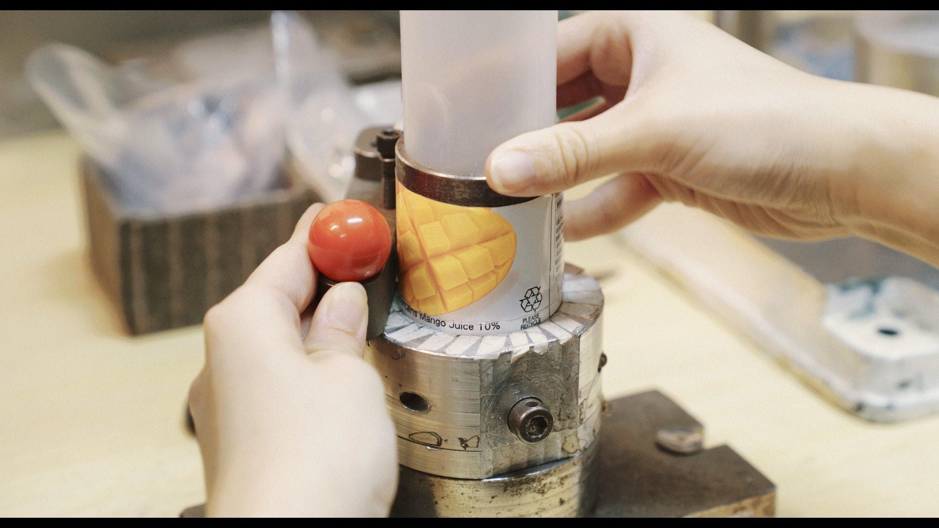 將鋁罐洗淨裁成罐面、罐身和罐底三部分。(夏晉賢攝)