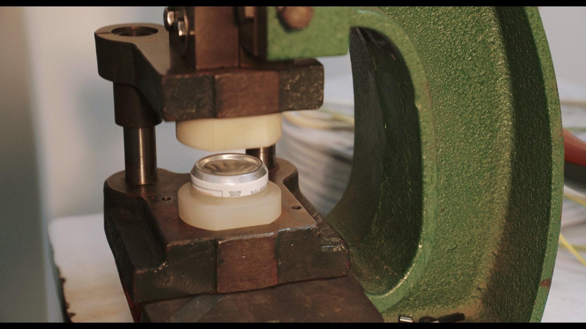 切出罐底,突出部分正好用來做手錶錶面。(夏晉賢攝)