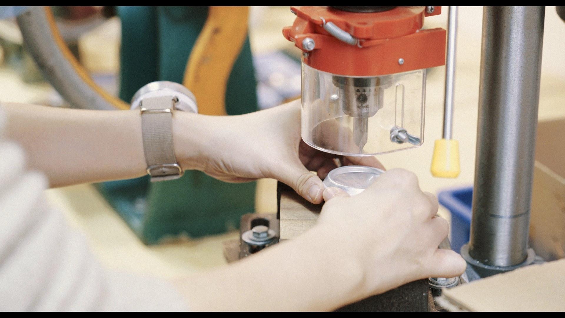 鑽洞後可裝入錶針,手錶漸漸成型。(夏晉賢攝)