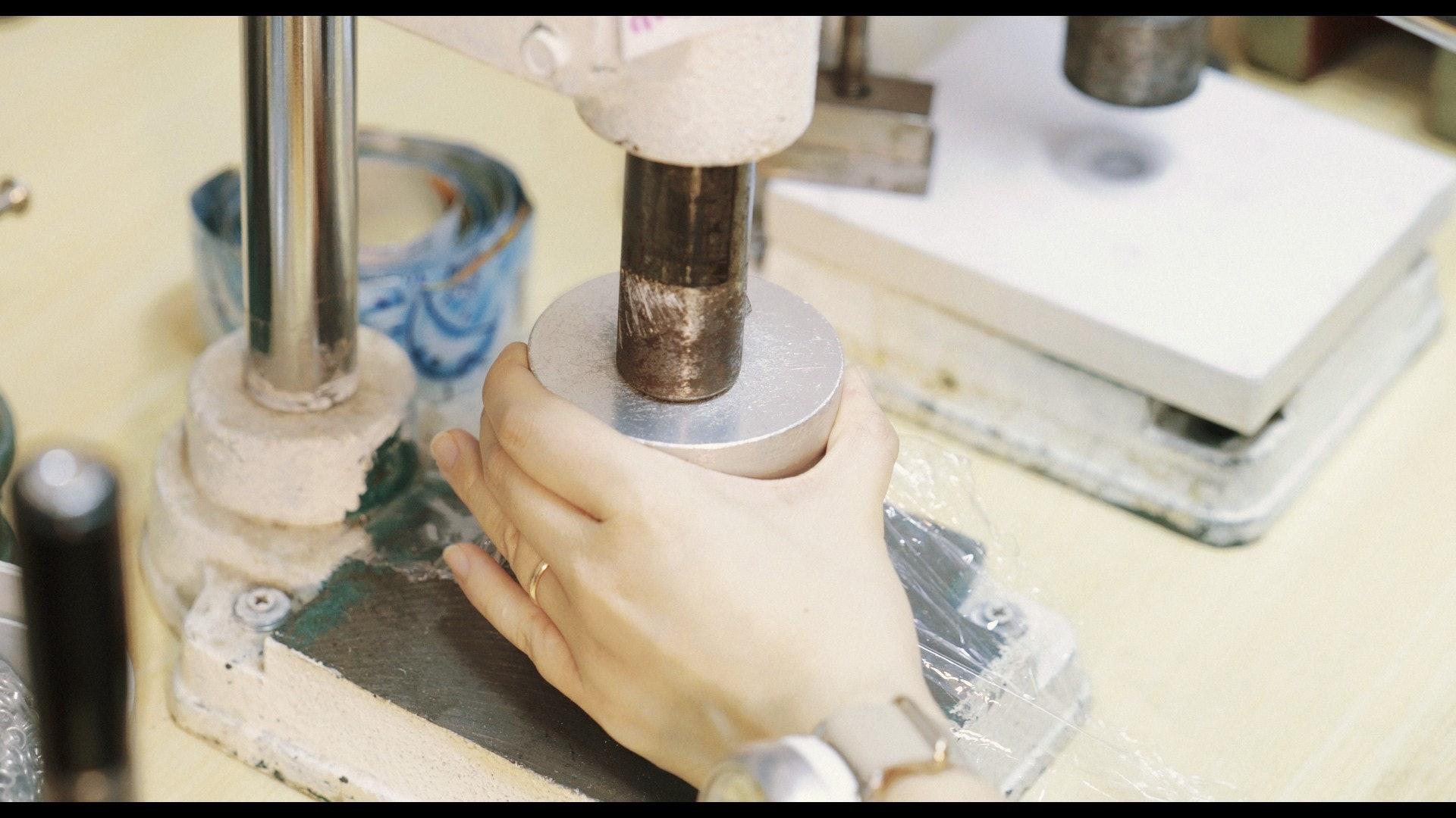 切割、打磨和裝嵌,鋁罐一步步脫胎換骨,成為新生命。(夏晉賢攝)