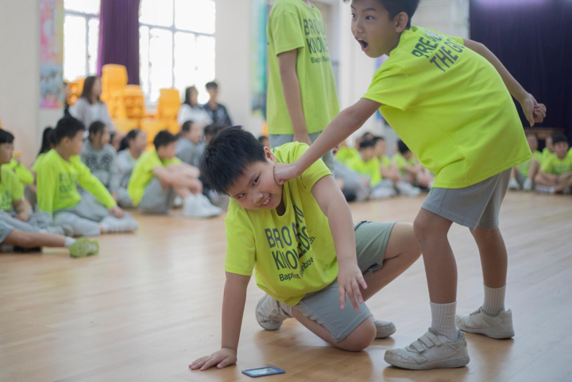 學生參與戲劇教學時,先進行定境角色扮演,重現事發一刻。(余俊亮攝)