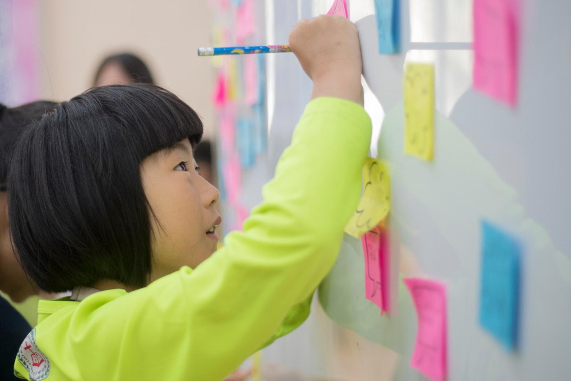 活動後學生需即時撰寫回應。(余俊亮攝)