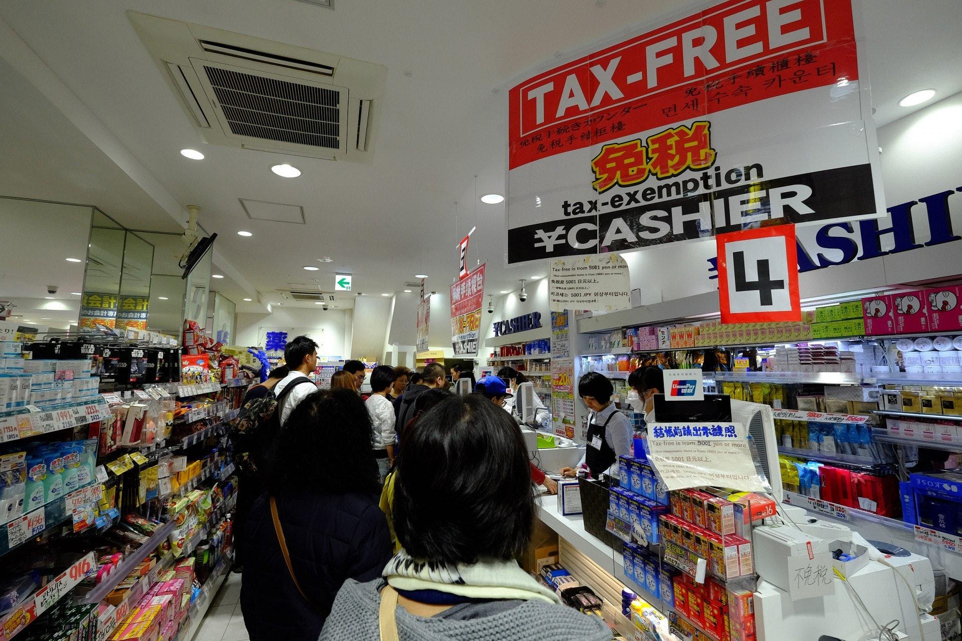 在新稅制下,外國遊客只要於同一商店內購物金額超過5,000日圓、而不多於50萬日圓,即可申請退稅。(視覺中國)