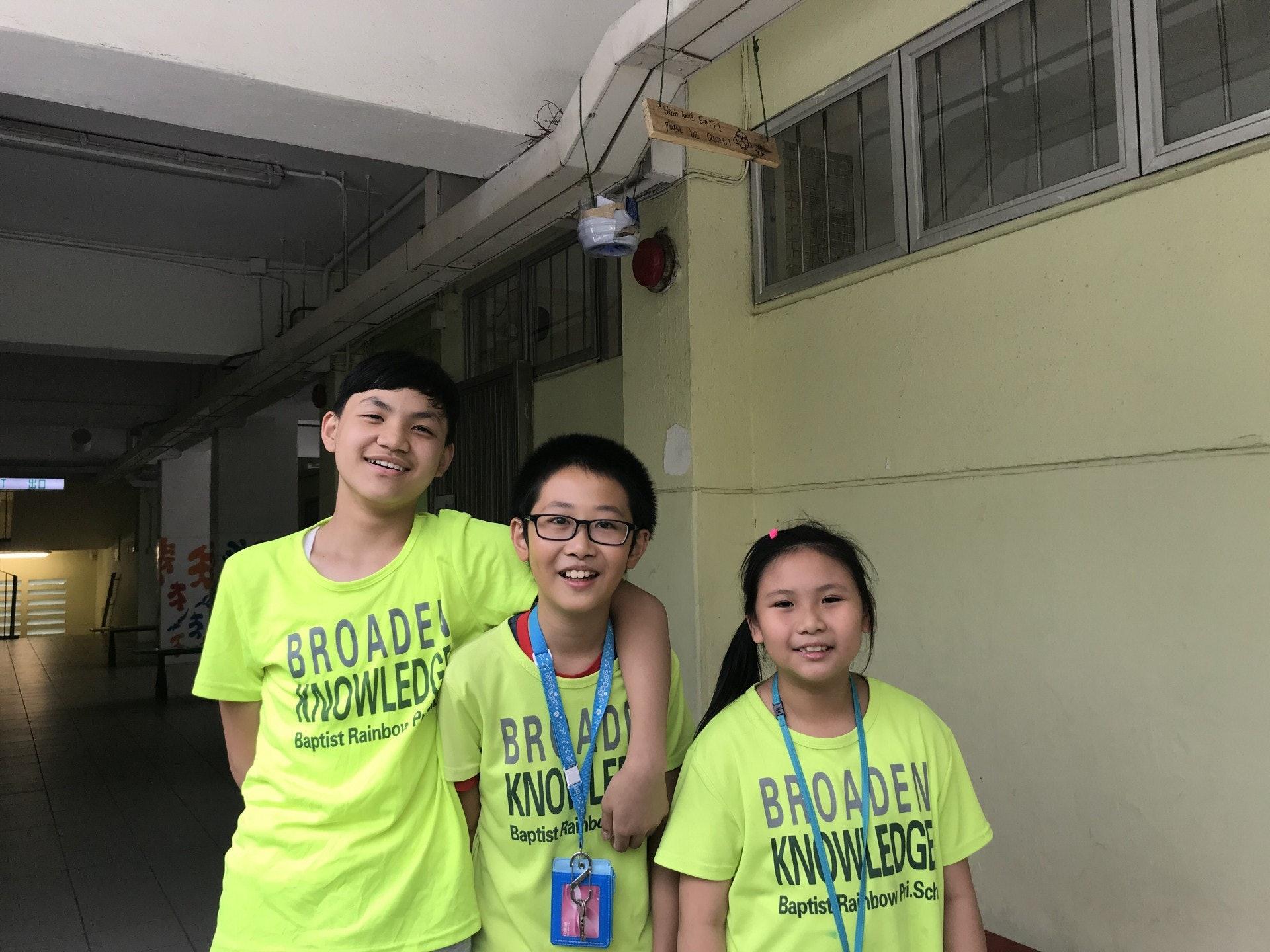 同學陳冠希、郭淦權及尹一心合力為鳥巢外加上環保物料,希望可以達至「人雀共融」。(鄧穎琳攝)