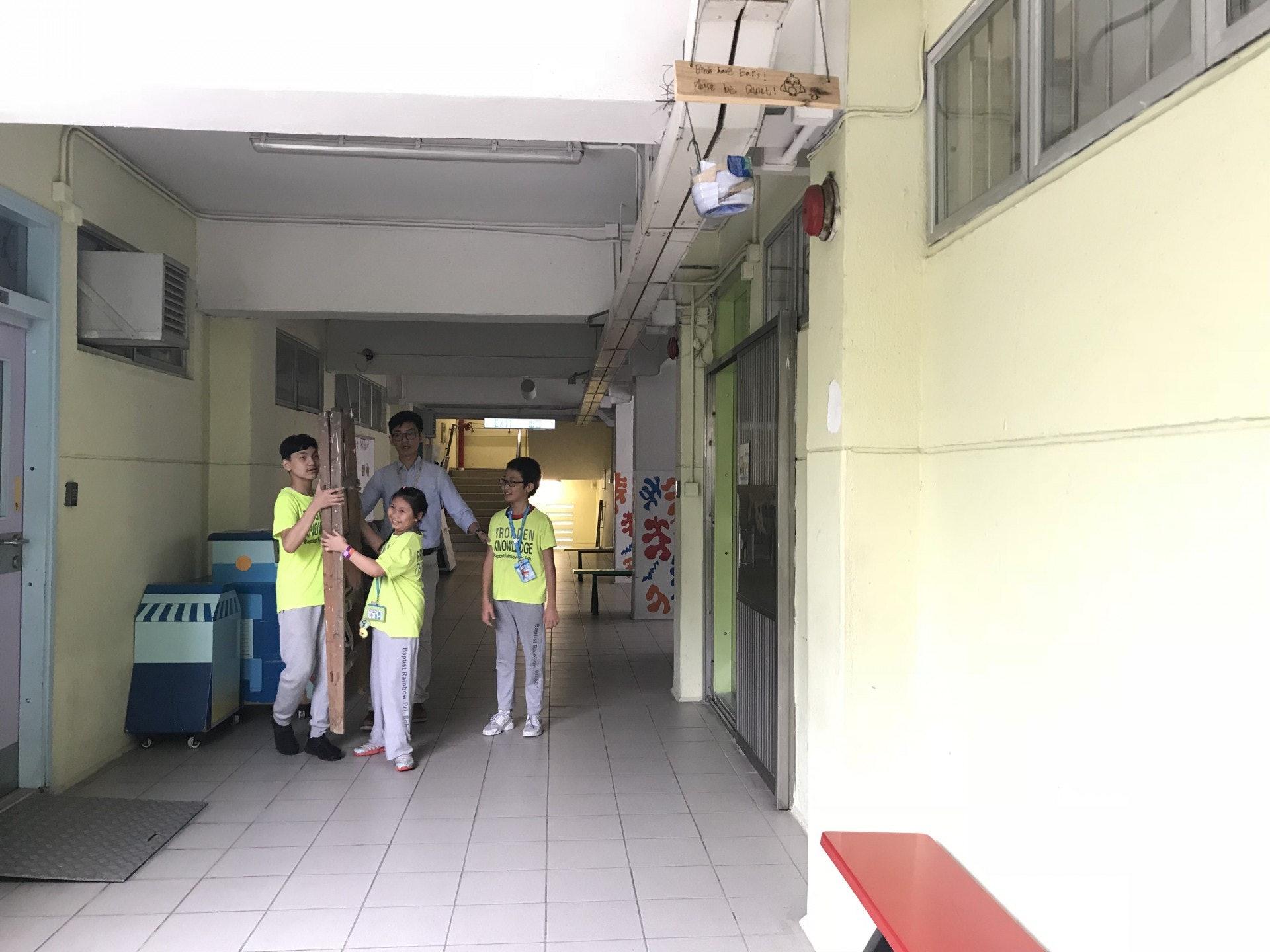 該鳥巢位於課室門外上方的橫樑。(鄧穎琳攝)