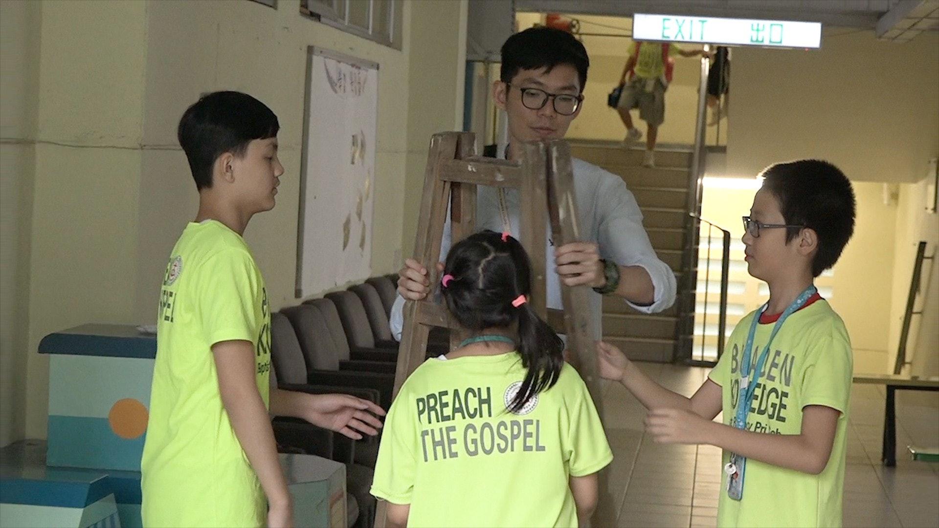 學校老師葉訊邦負責帶領同學策劃保護雀鳥計劃,期望他們可以藉此思考人雀共處的方案。(鄧穎韜攝)