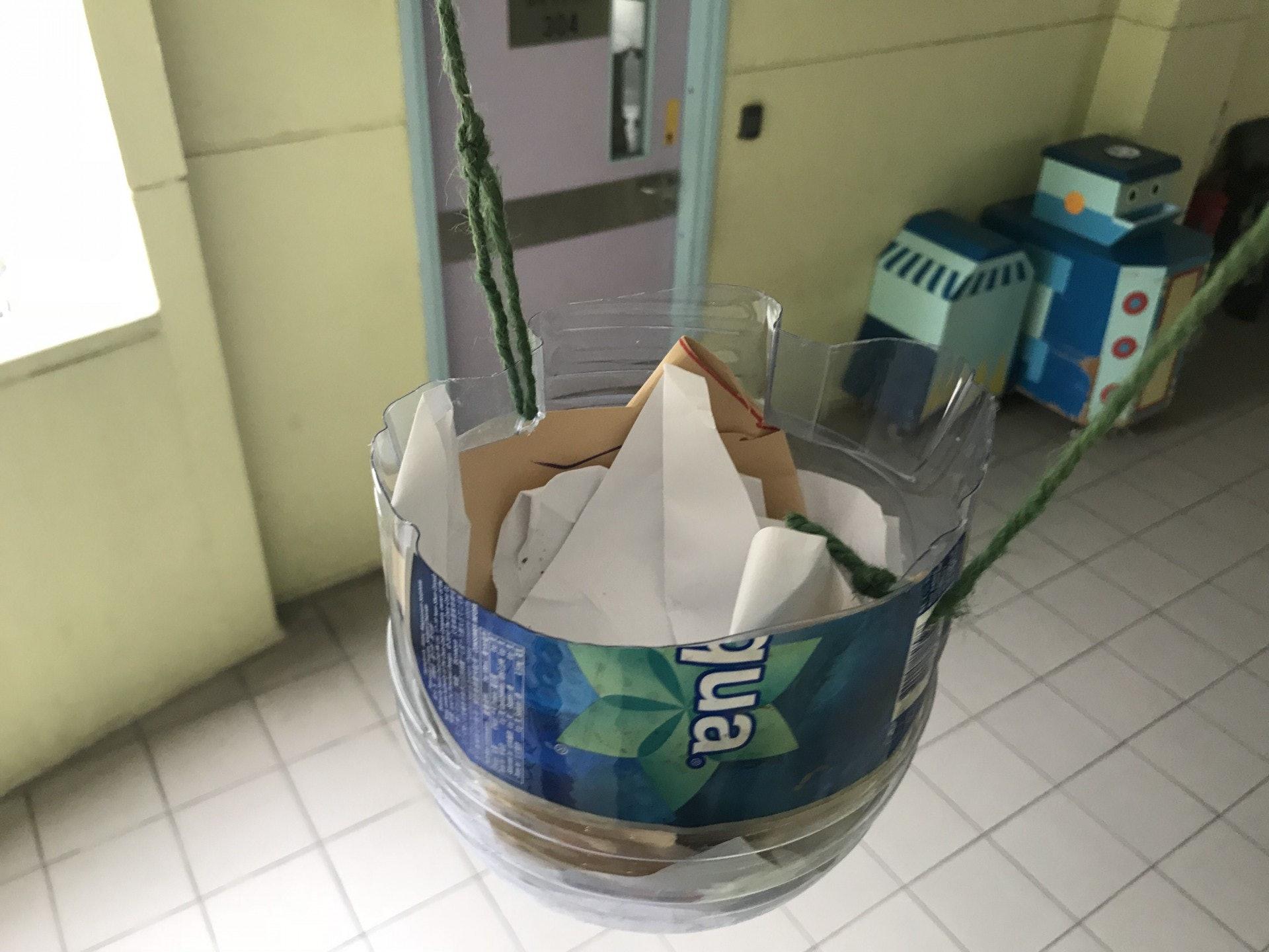 以環保膠樽及廢紙製成鳥巢保護托。(鄧穎琳攝)