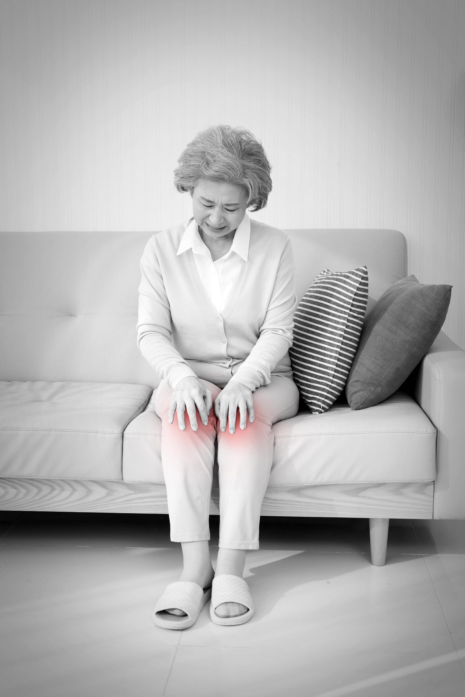 關節名醫呂紹睿指出,膝關節「退化」與年齡的關係並不是直接的,軟骨的破壞是從年輕就開始,發病年齡與膝關節不當使用的強度以及頻率有關,而非與年老有必然關係。(視覺中國)