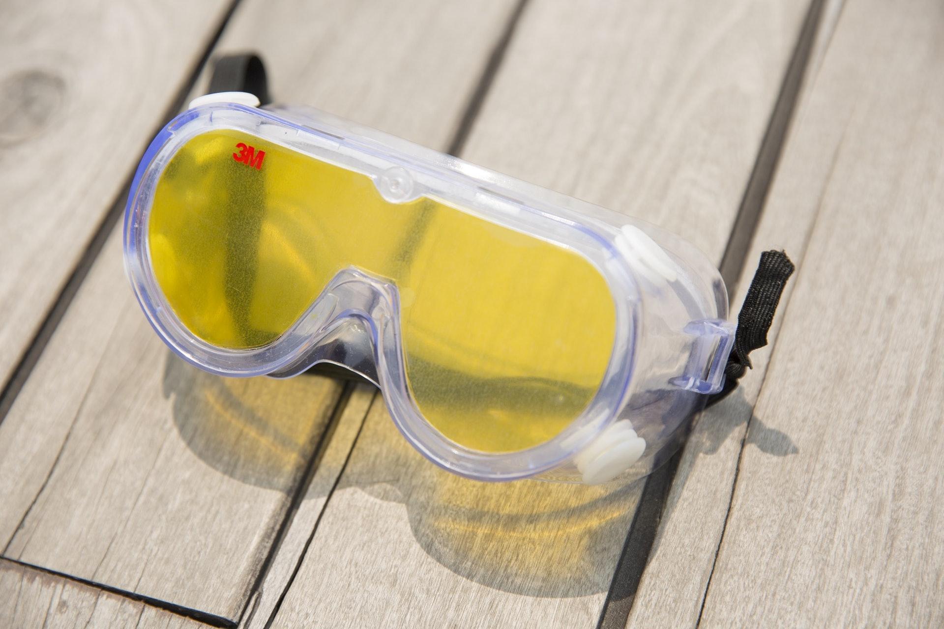 老化眼鏡模擬老花、白內障、黃斑症等退化症狀,戴上後眼前事物會變得又黃又朦。(龔嘉盛攝)