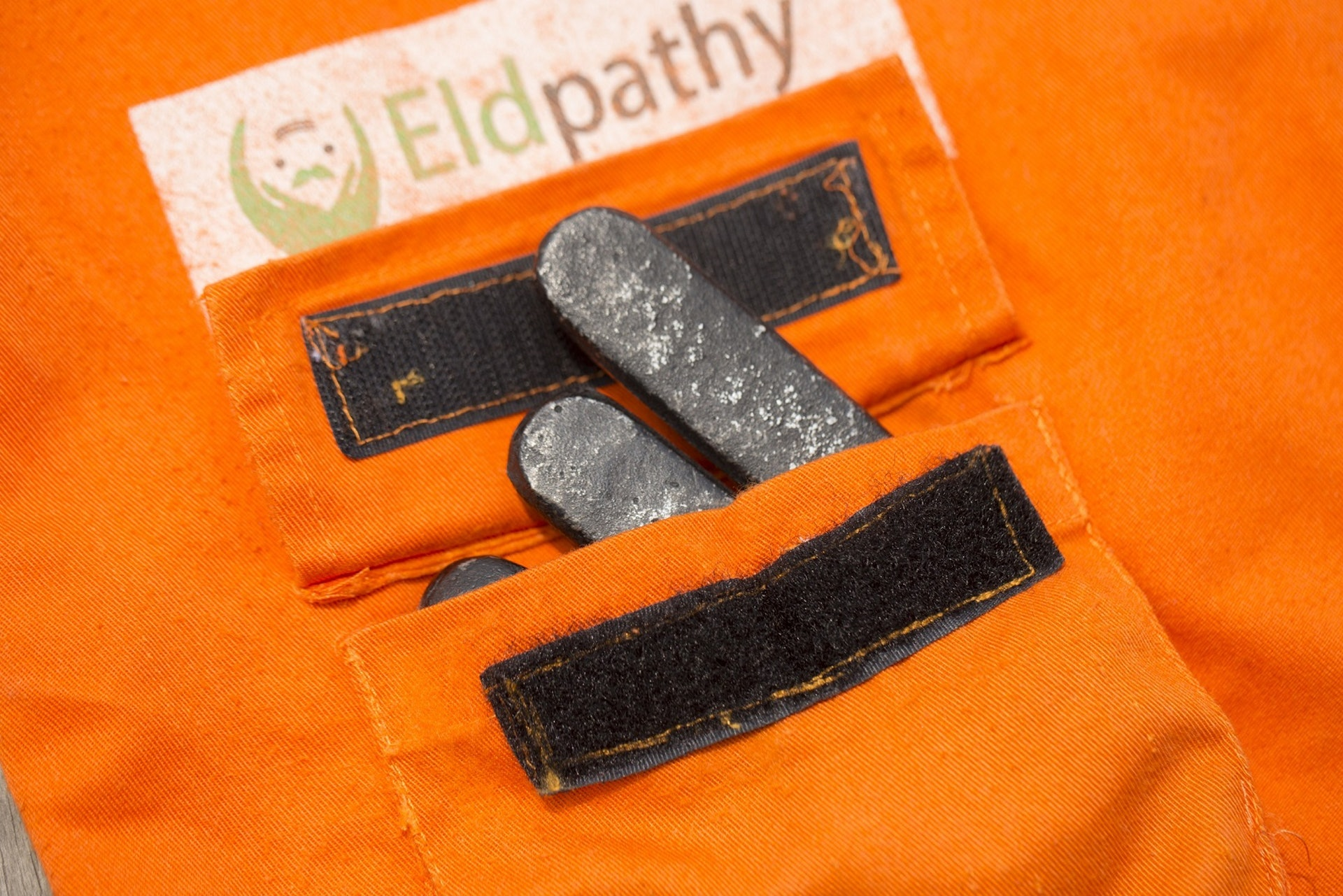 身體與手腳的口袋中附有鉛塊,讓人變得寸步難行。(龔嘉盛攝)