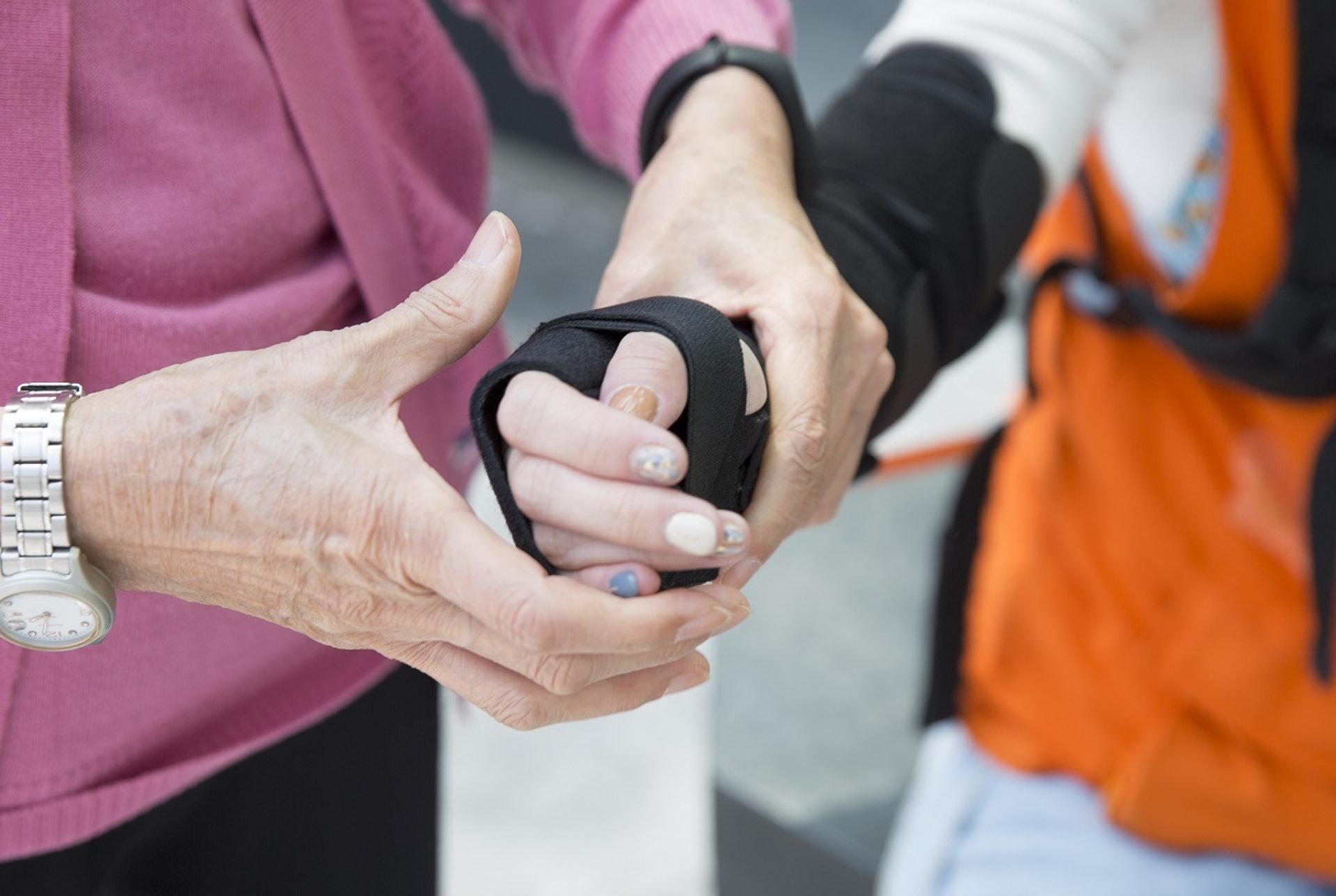 老人家愛拖著別人的手,貞貞也不例外,由她親身帶領參加者感受,感覺份外溫暖。(龔嘉盛攝)