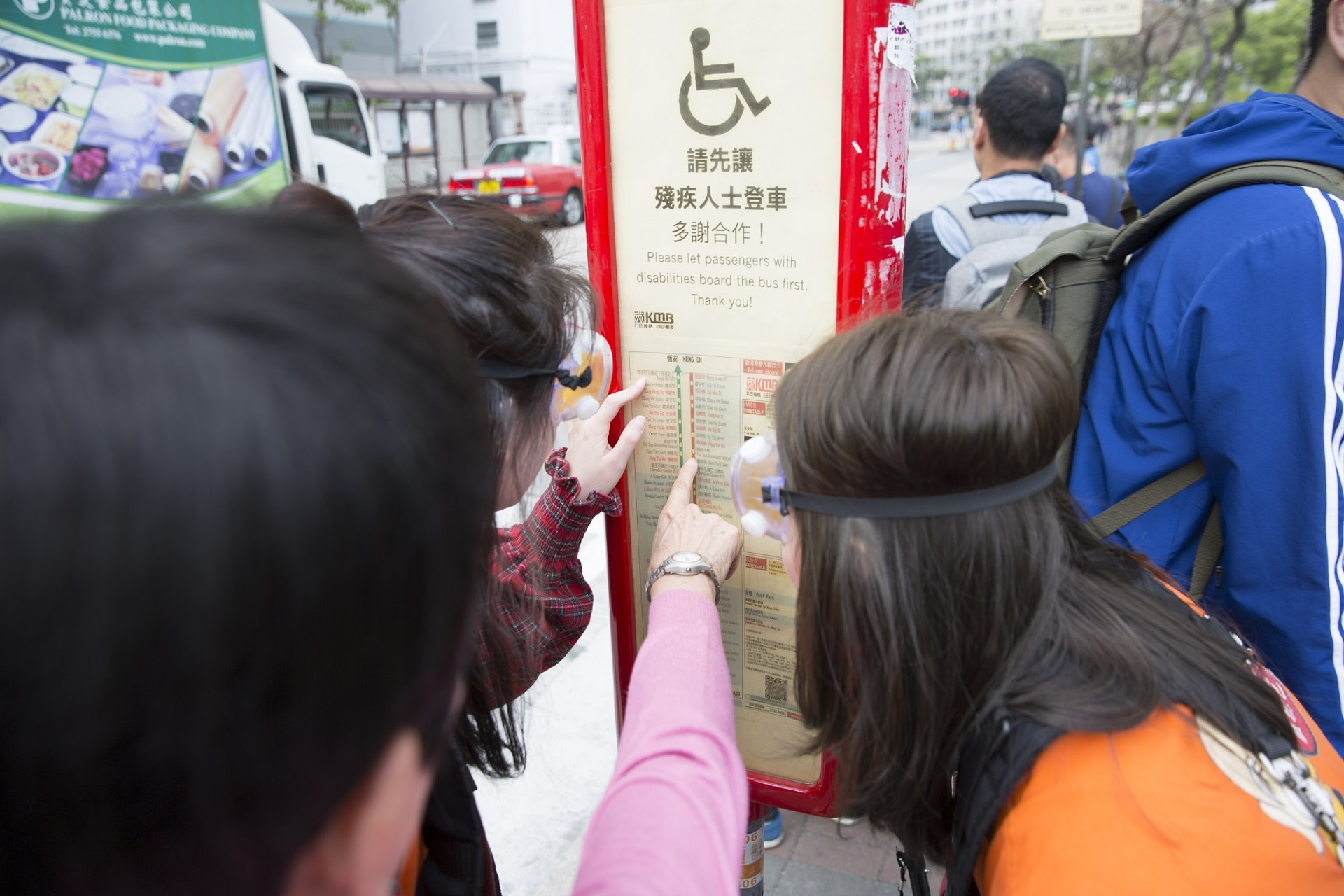 巴士站路牌上的字小得可憐,一般老人根本不可能看到。(龔嘉盛攝)