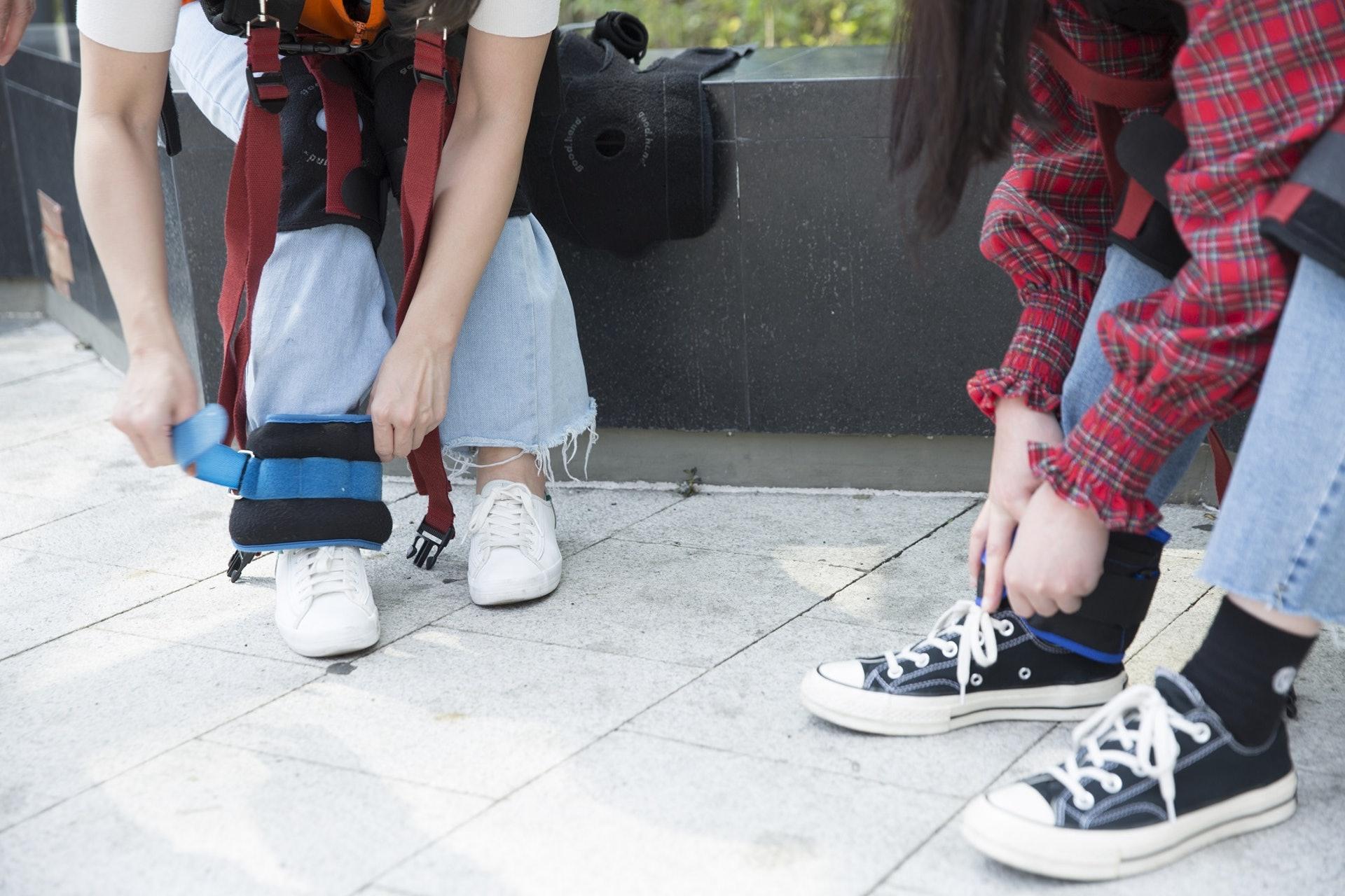 單腳負重,模糊長者有腳患行動不便的狀態。(龔嘉盛攝)