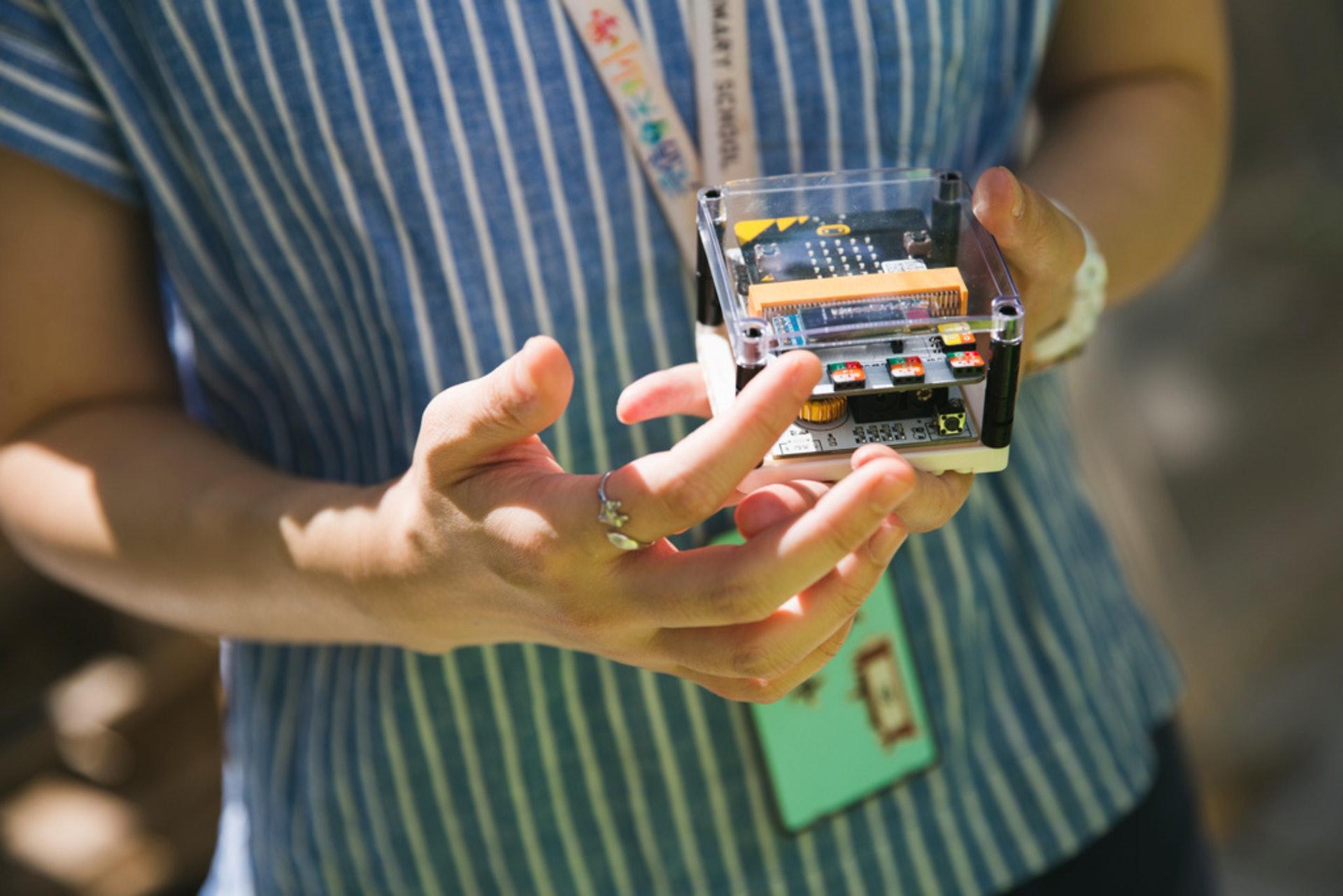 王嘉蓉表示,早幾天得知由學生設計的裝置無法在超過十米範圍外生效後,自己於幾天內重新研究出另一個裝置,至於裝置成效如何,則要下回上堂時再分曉。(黃寶瑩攝)