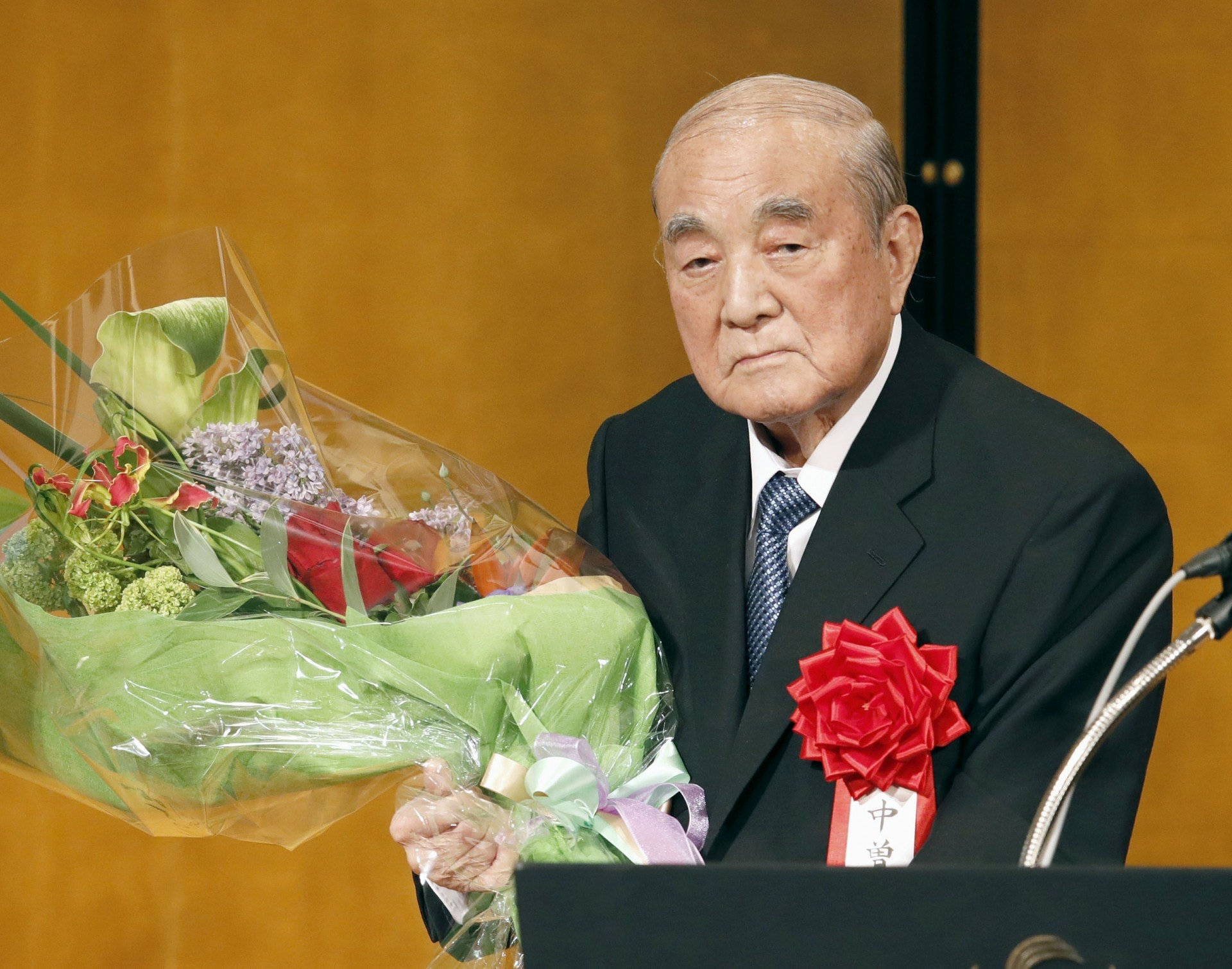 日本前首相中曾根康弘周日(27日)度過百歲生日,成為日本第二位「百歲首相」。他在生日當天分享自己保持長壽的秘訣:良好作息習慣和對世界保持好奇心。