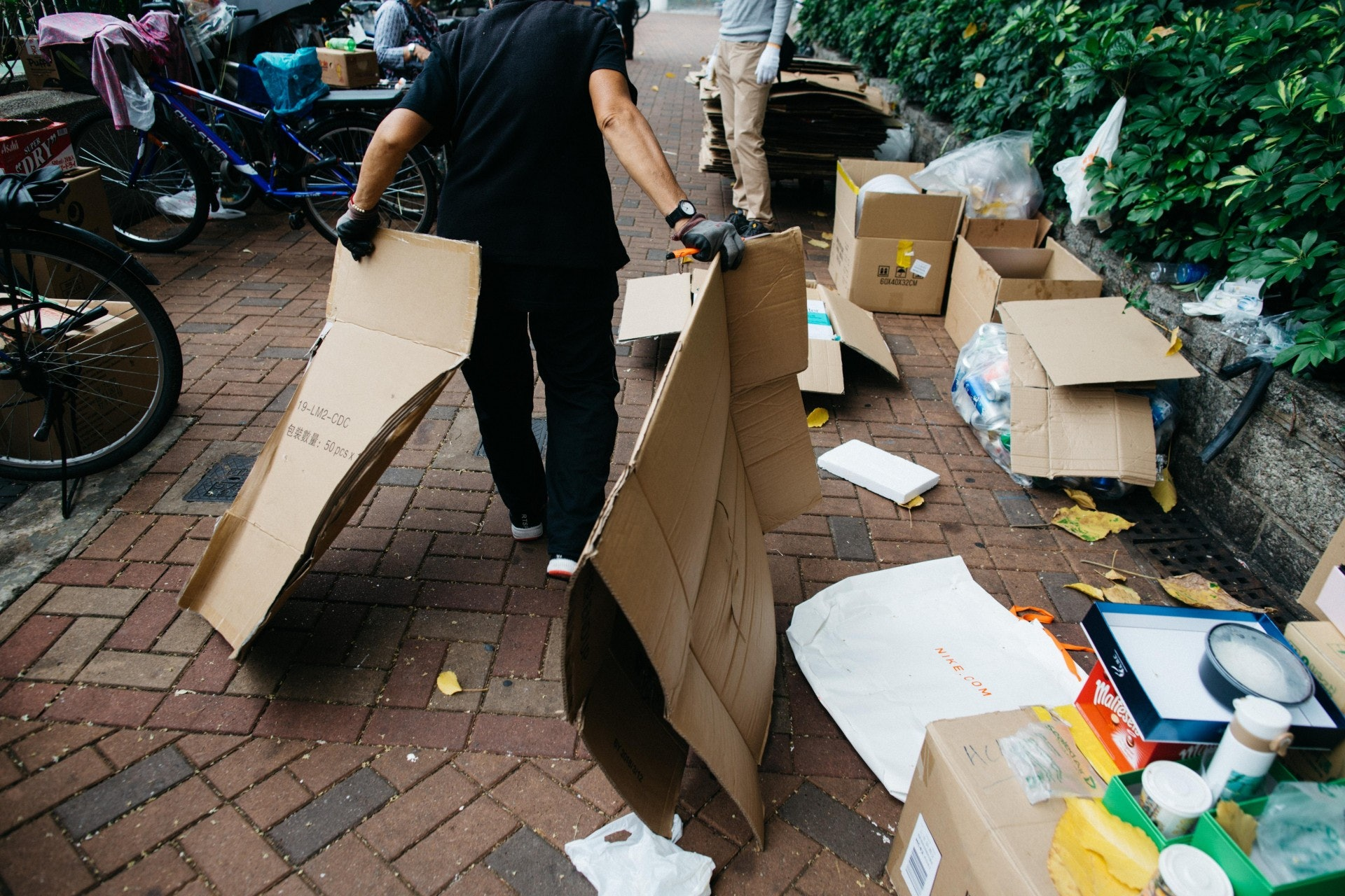 環保署資料顯示,2016年香港回收廢紙約80.5萬公噸,關注團體拾平台則推算,拾荒者每日的紙皮總回收量達至少193公噸,承擔全港總體約兩成。(梁鵬威攝)