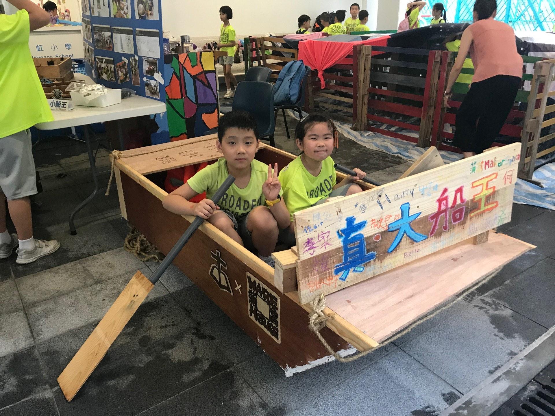 對船隻感興趣的同學,就組成「真.小船王」組別,在老師帶領下,收拾舊木板試製小船,最後在老師協助下,造出一隻能容納三個小朋友的木船。(鄧穎琳攝)