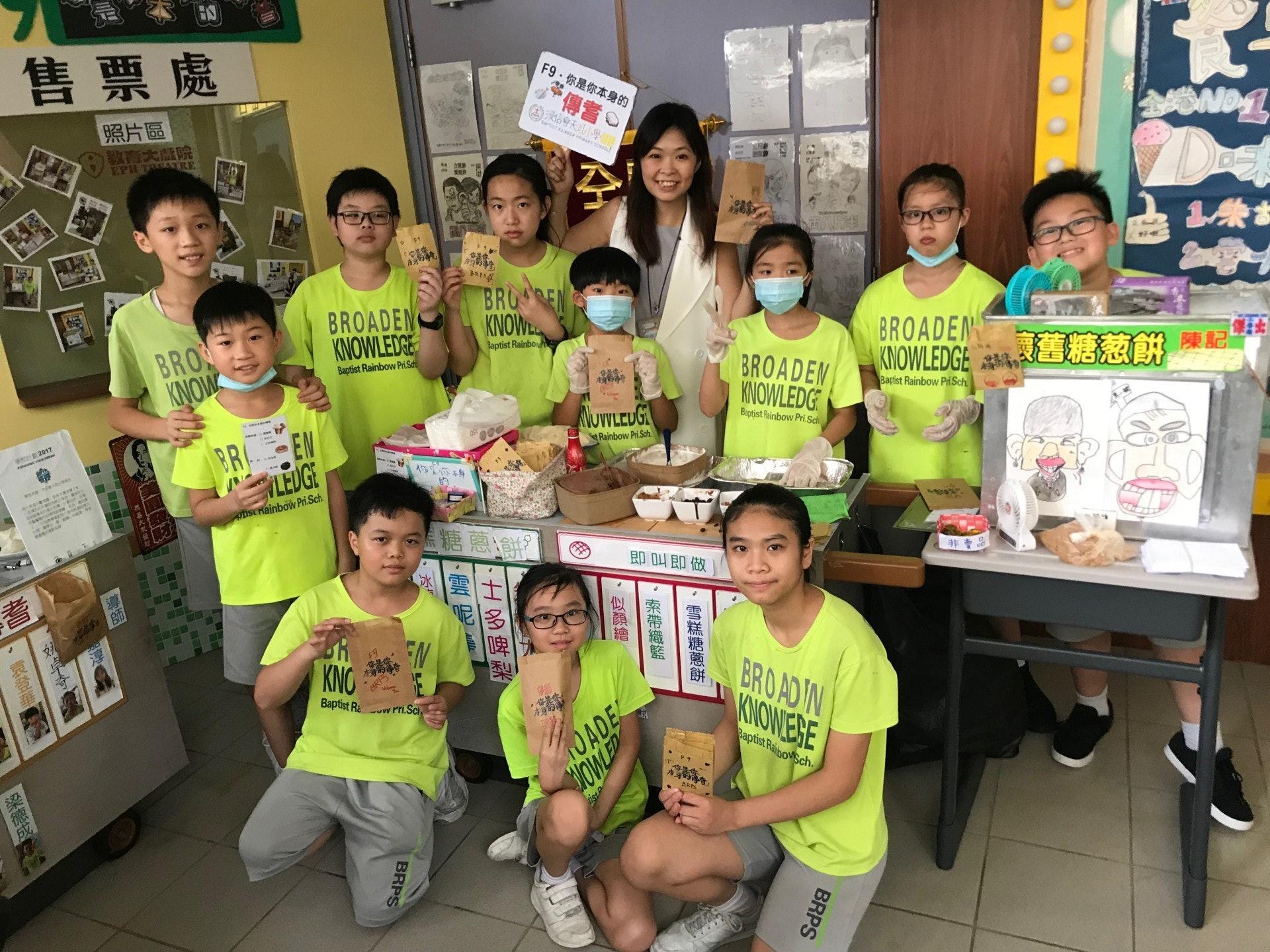 有學生希望能保存傳統手藝及傳統,一起嘗試自製膠片畫、集體學製糖蔥餅等。(鄧穎琳攝)