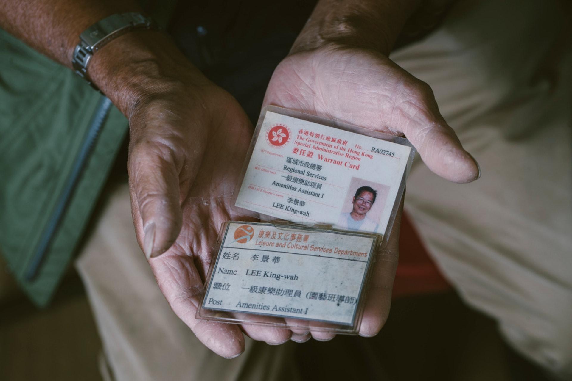 退休後他最重要的紀念品:員工證。(鄭子峰攝)