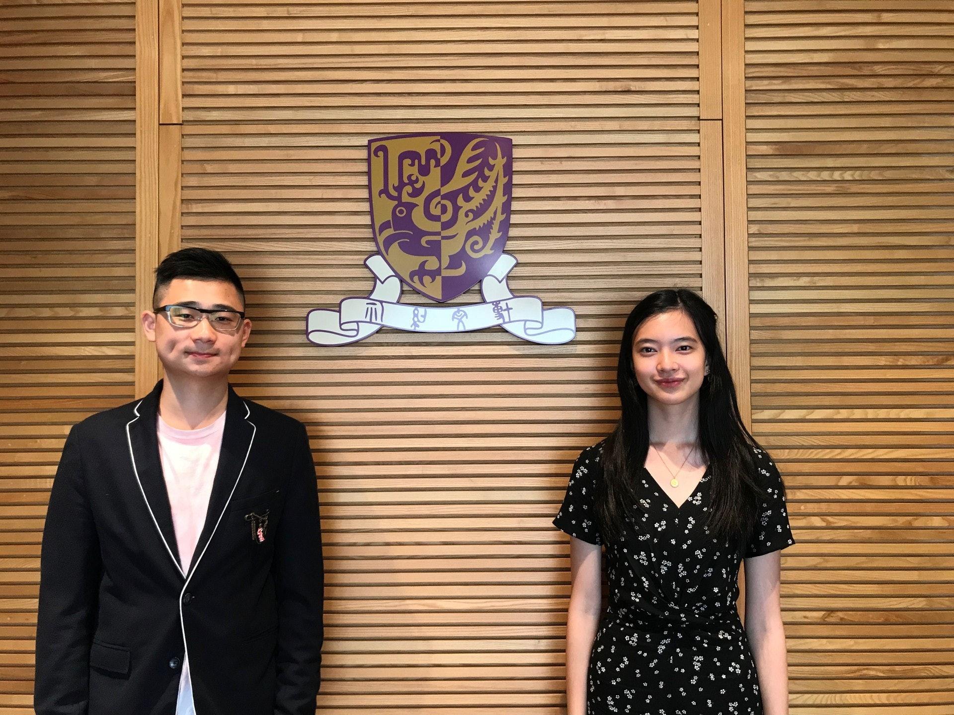 李謙諾(左)及鄧樂賢(右)均屬匯豐銀行獎學金的得獎者,他們分別會獲發5萬元的獎學金。(鄧穎琳攝)