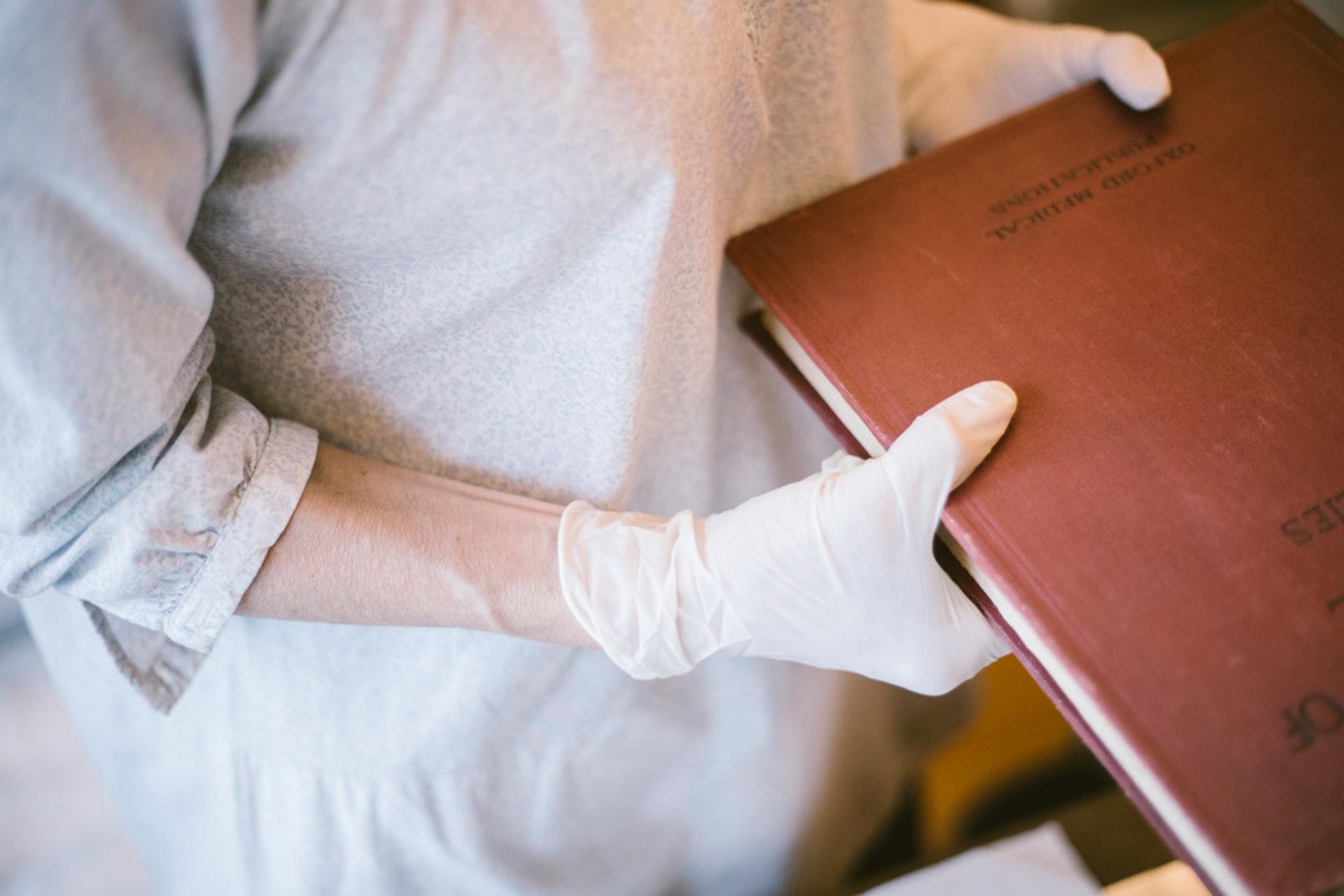 未消毒的書容易引致皮膚敏感,康復需時。因此修復時一定要佩帶口罩和手套。