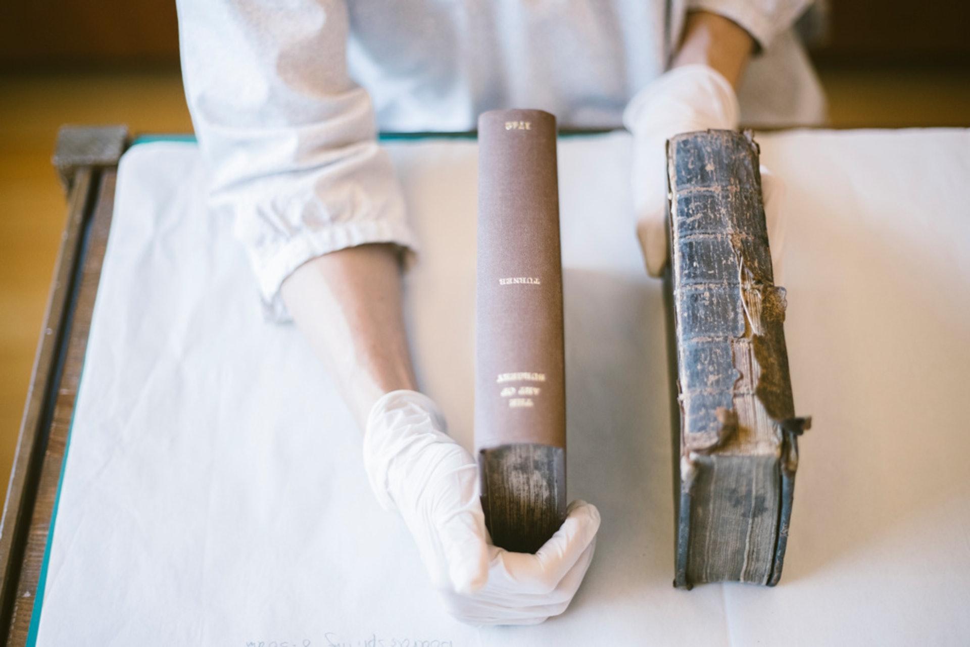 醫生所有的18世紀外科手術教材。左邊的第二冊誤用現代裝釘樣式修復,跟右邊的首冊古早原貌格格不入。