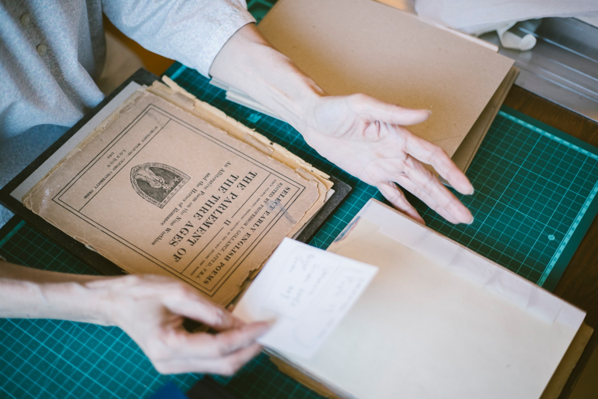 一位中學時曾任Book Attic書店義工的留英碩士生,委託Jennifer修補三冊平裝活頁「英文古詩集」,分別於1915、1921及1930年經牛津大學出版。「釘了三年,仍未釘完,原因是書主希望做真皮書,皮上還要壓真金。我自問壓金功夫還未夠好,要多加練習才敢落手。」Jennifer總對自己有要求。