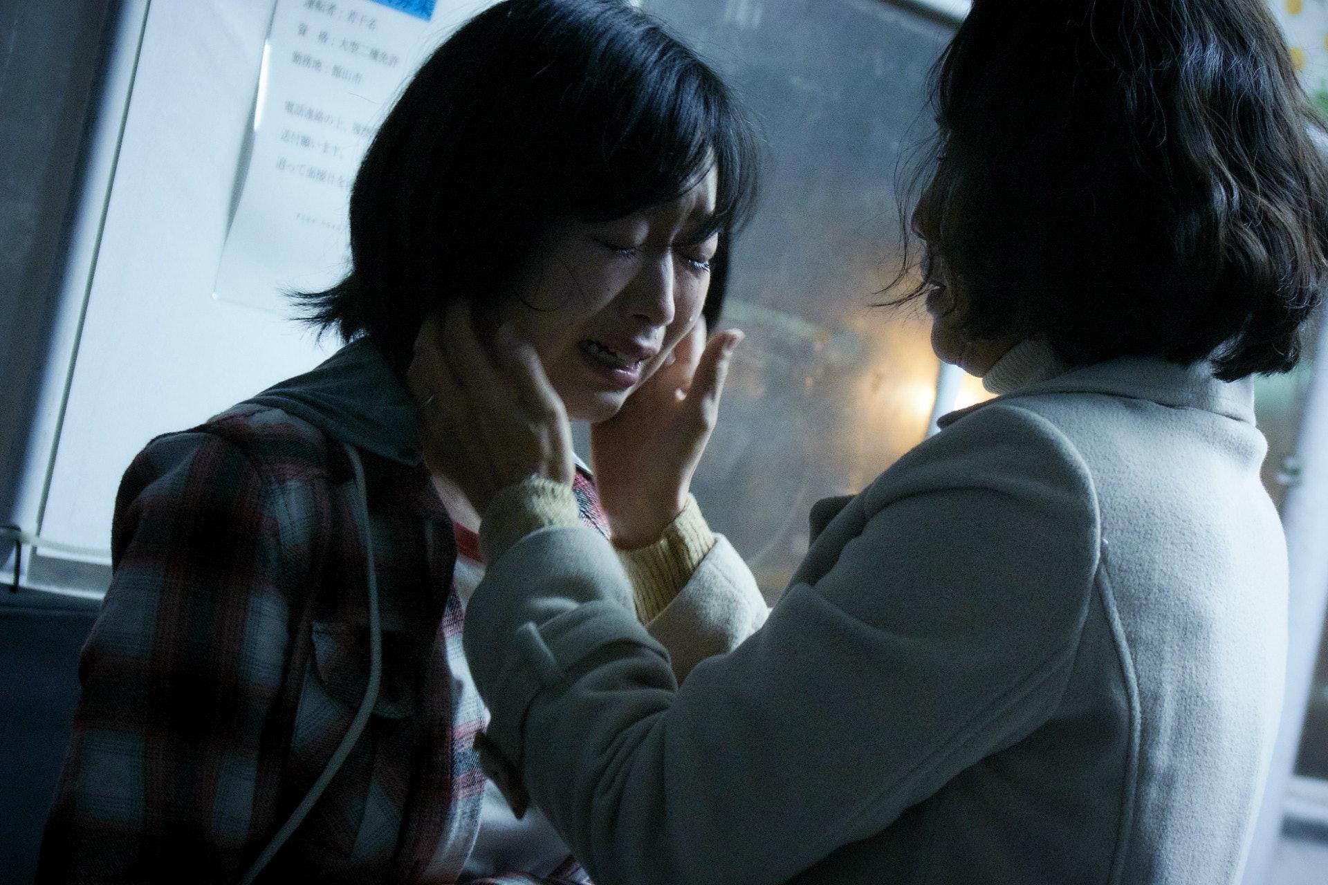 佐佐木隱瞞家人投身AV業,面對媽媽的責備時終於崩潰。(劇照)