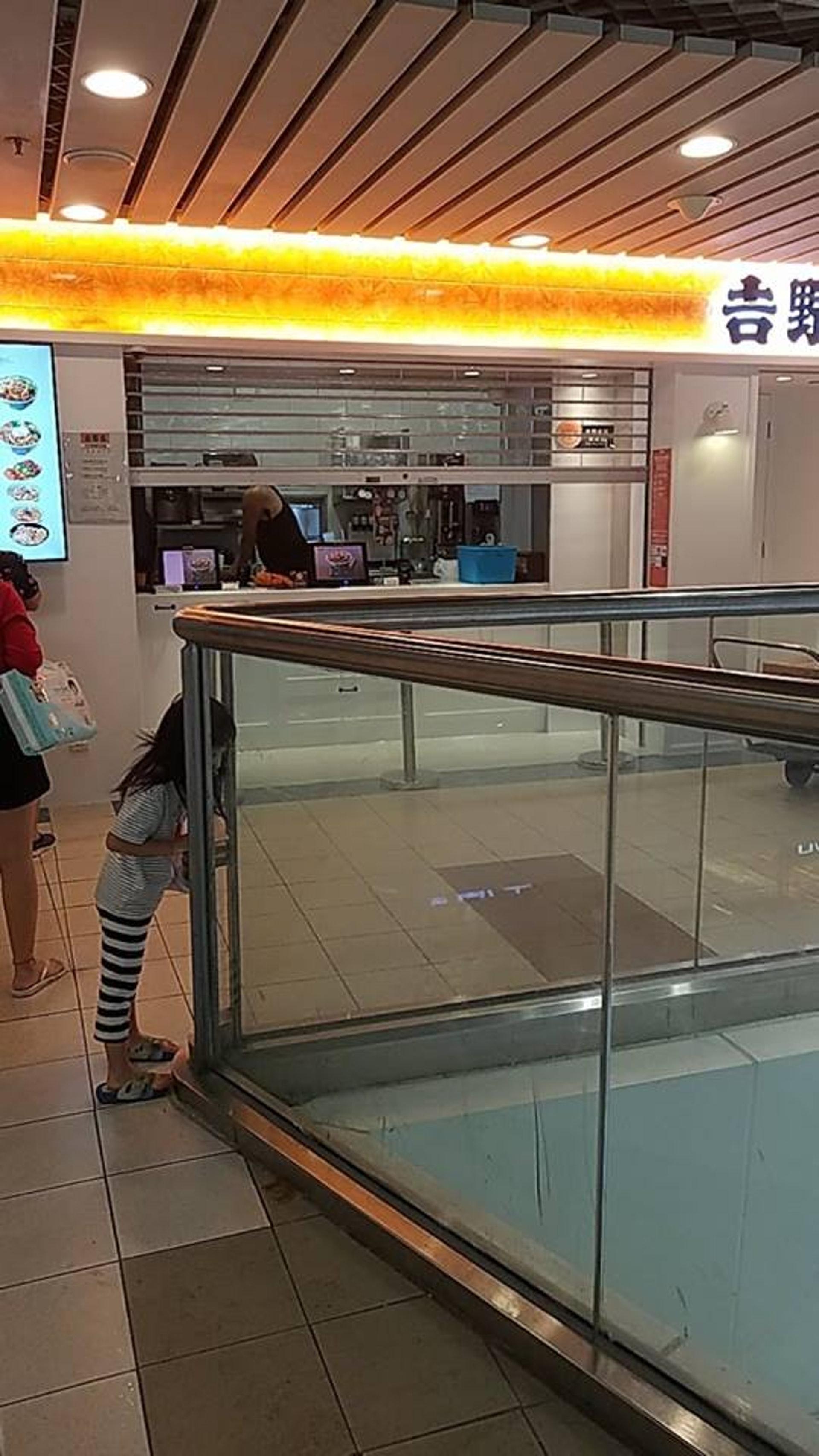 馬鞍山吉野家分店試業首日,下午5時多即落閘。(Facebook群組「馬鞍山之友」圖片)