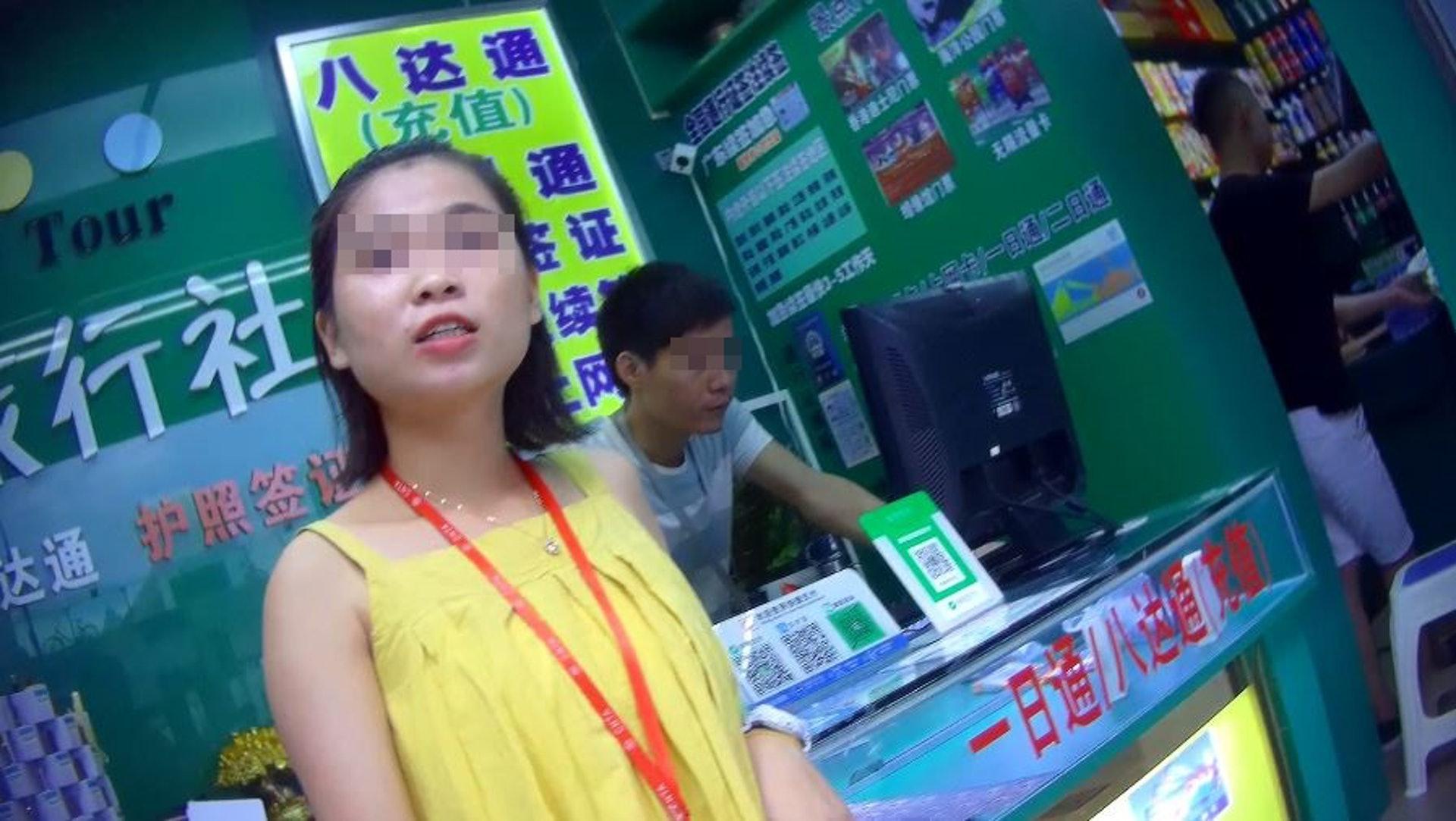 有旅行社職員表示,辦理「L簽證」的旅客自去年8月開始,就可直接通關。(梁祖饒攝)