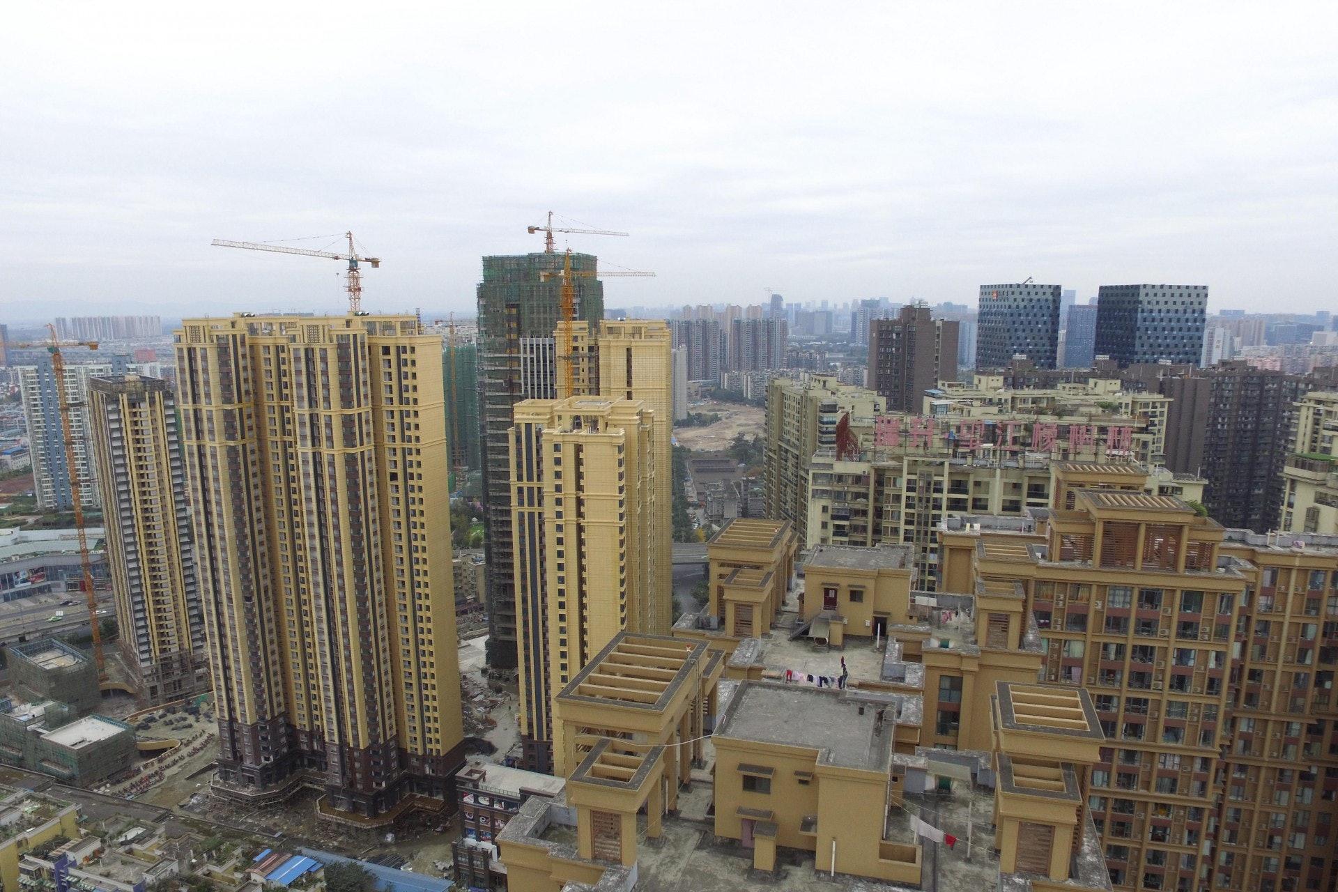 中國社科院世界經濟與政治研究所國際投資研究室主任張明指出,三四線城市的買樓客難以再加槓桿,樓市增長大幅放緩,連帶整體銷售額會大減,當地中小地產商將會遇上困難。(中新社)