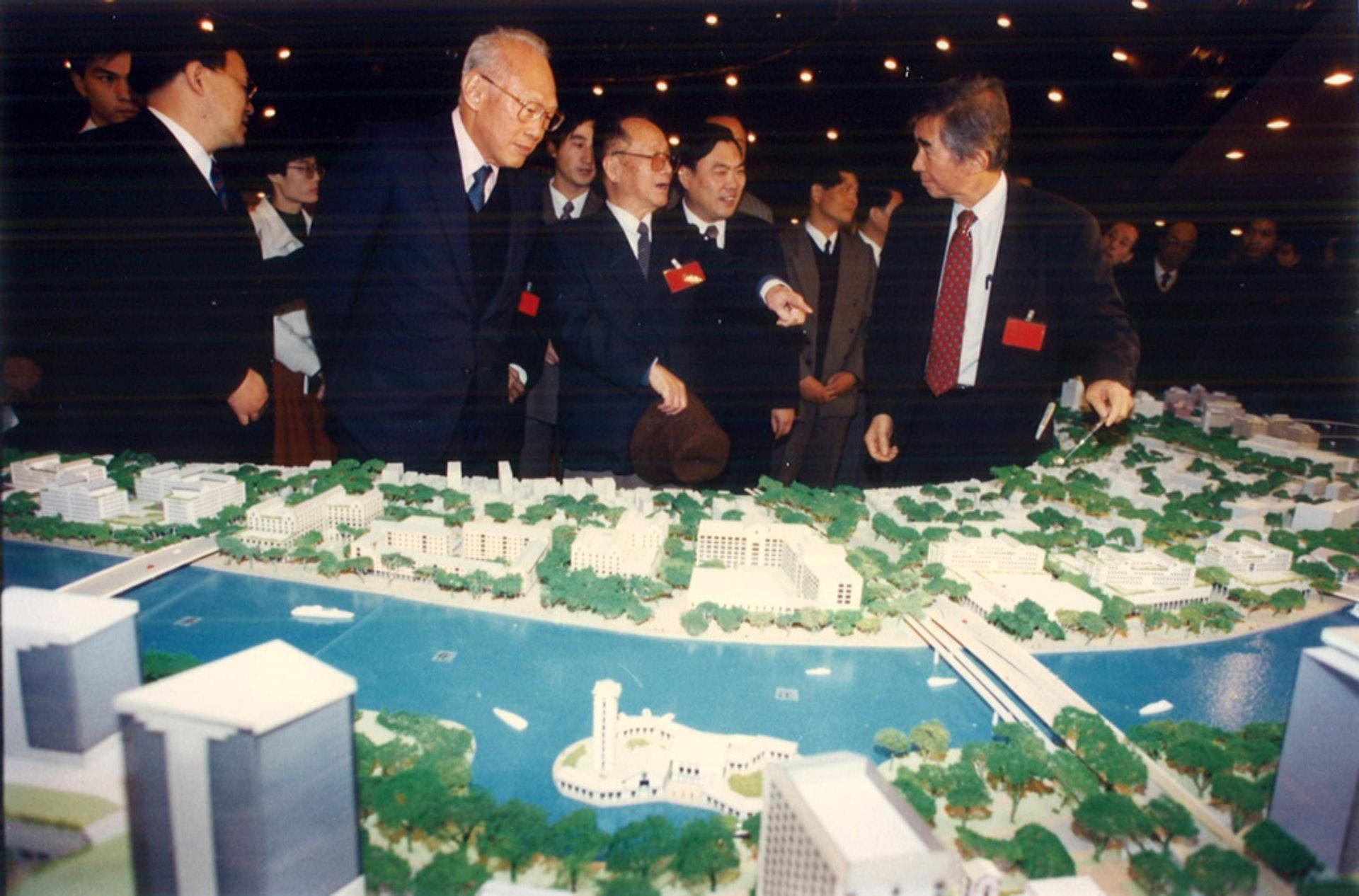 劉太格(右)提到,與已故新加坡總理李光耀(左二)共事期間,李從不曾要求興建任何標誌性建築,而是反覆強調要怎樣解決人民生活、土地的問題。(劉太格提供)