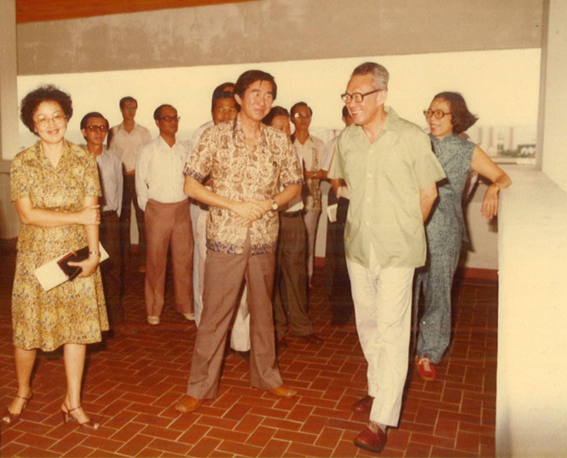 劉太格(中)提到,與已故新加坡總理李光耀(右)共事期間,李從不曾要求興建任何標誌性建築,而是反覆強調要怎樣解決人民生活、土地的問題。(劉太格提供)