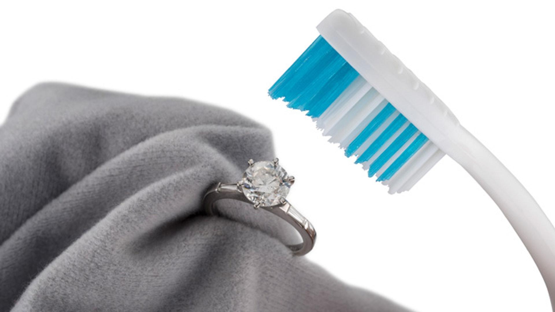 可以小牙刷輕刷鑽石帶走油份和塵埃,注意要用軟毛刷。(網上圖片)