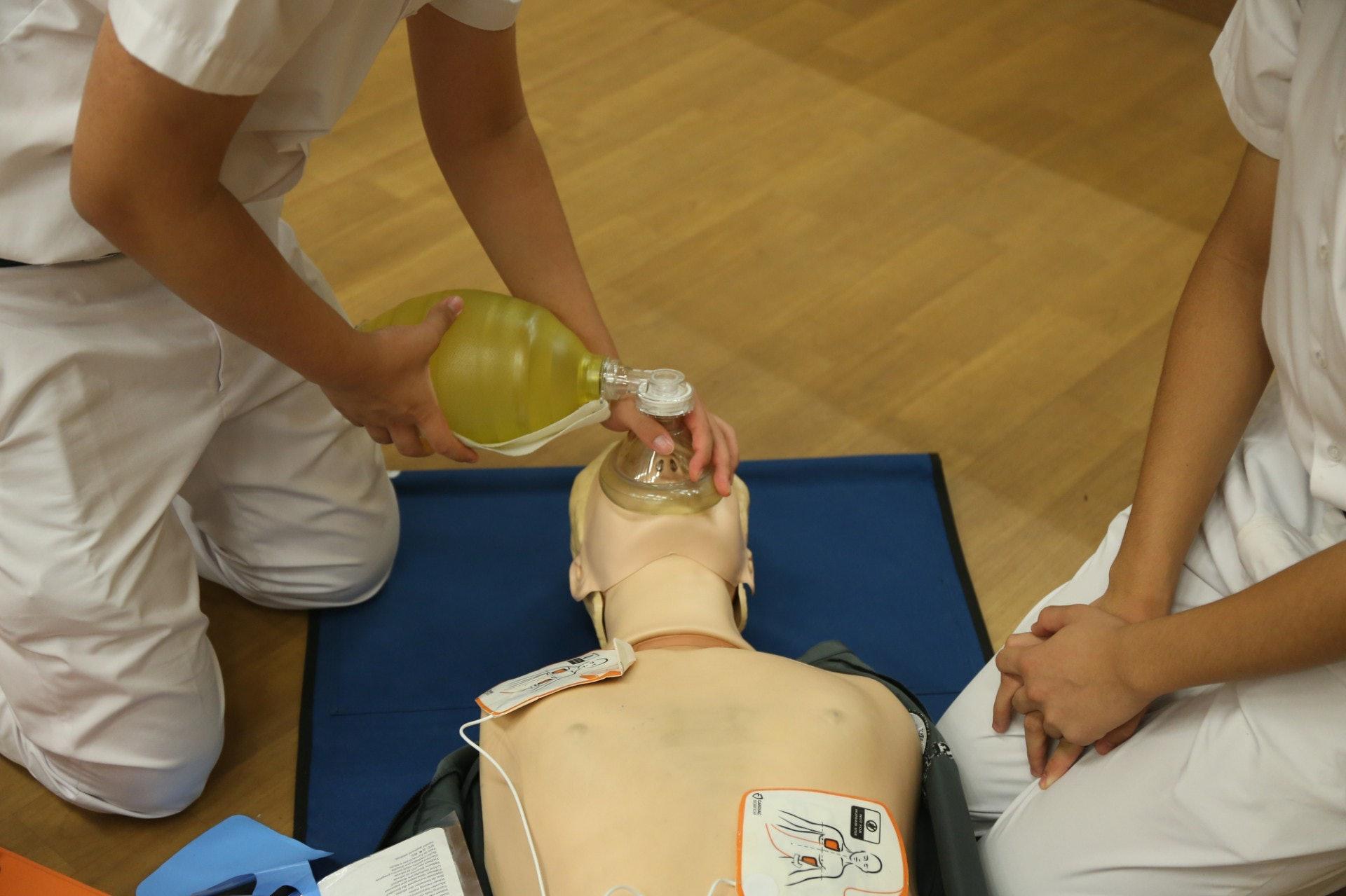 同學示範以膠囊面罩復甦器做人工呼吸。(陳百灝攝)